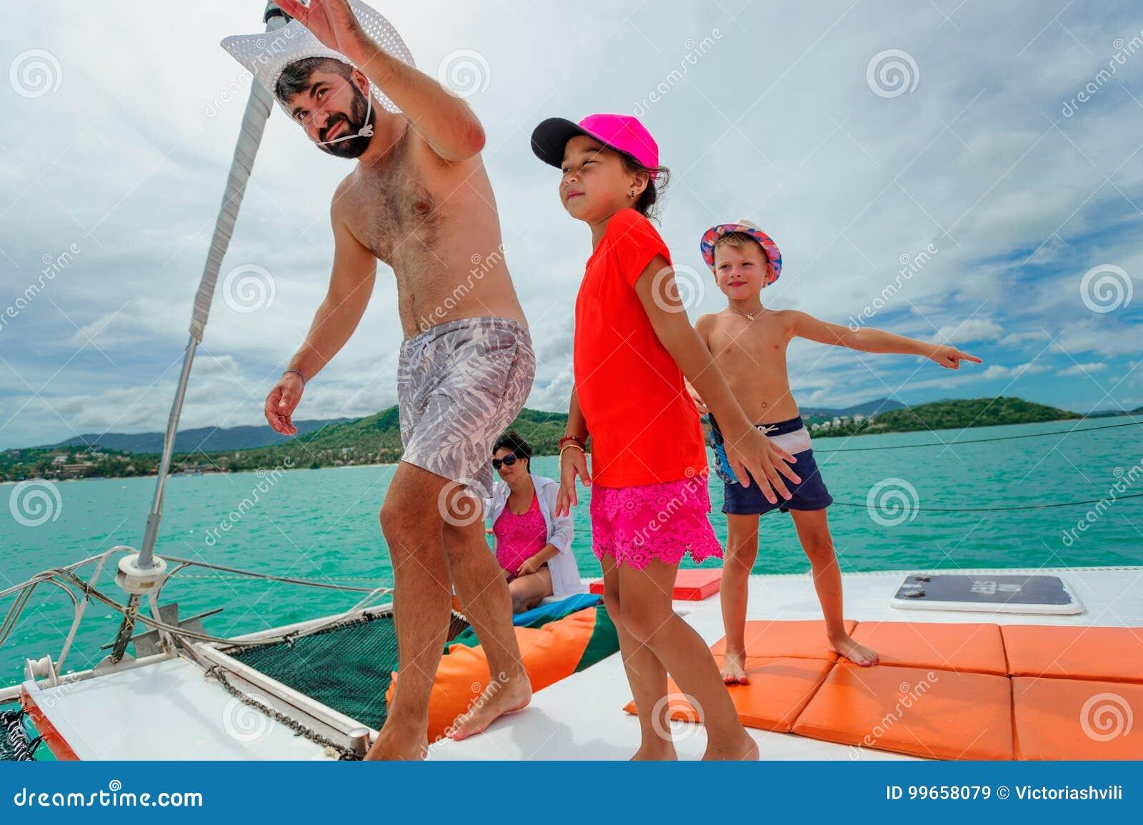 Семья на прогулке на яхте