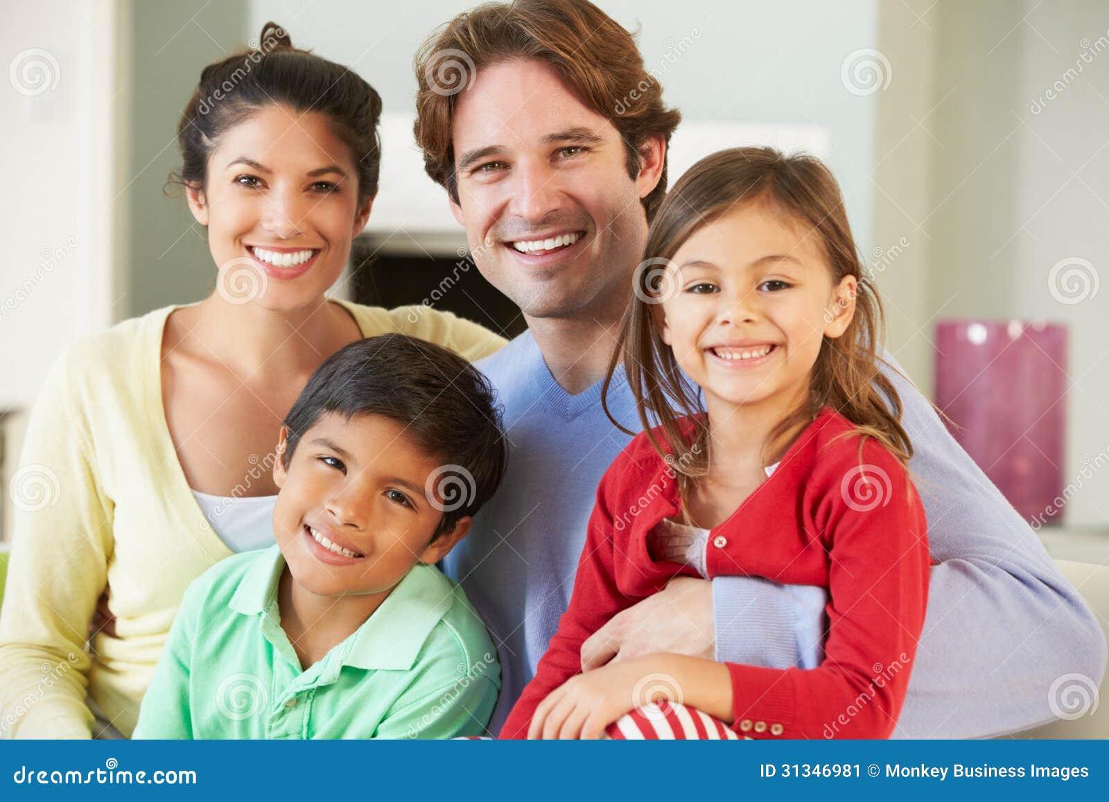 Семья ослабляя на софе совместно