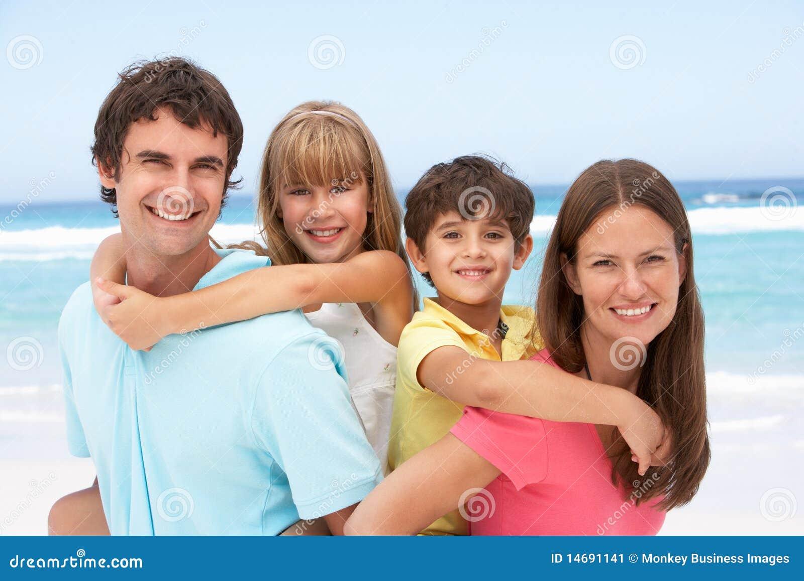 семья пляжа имея piggyback