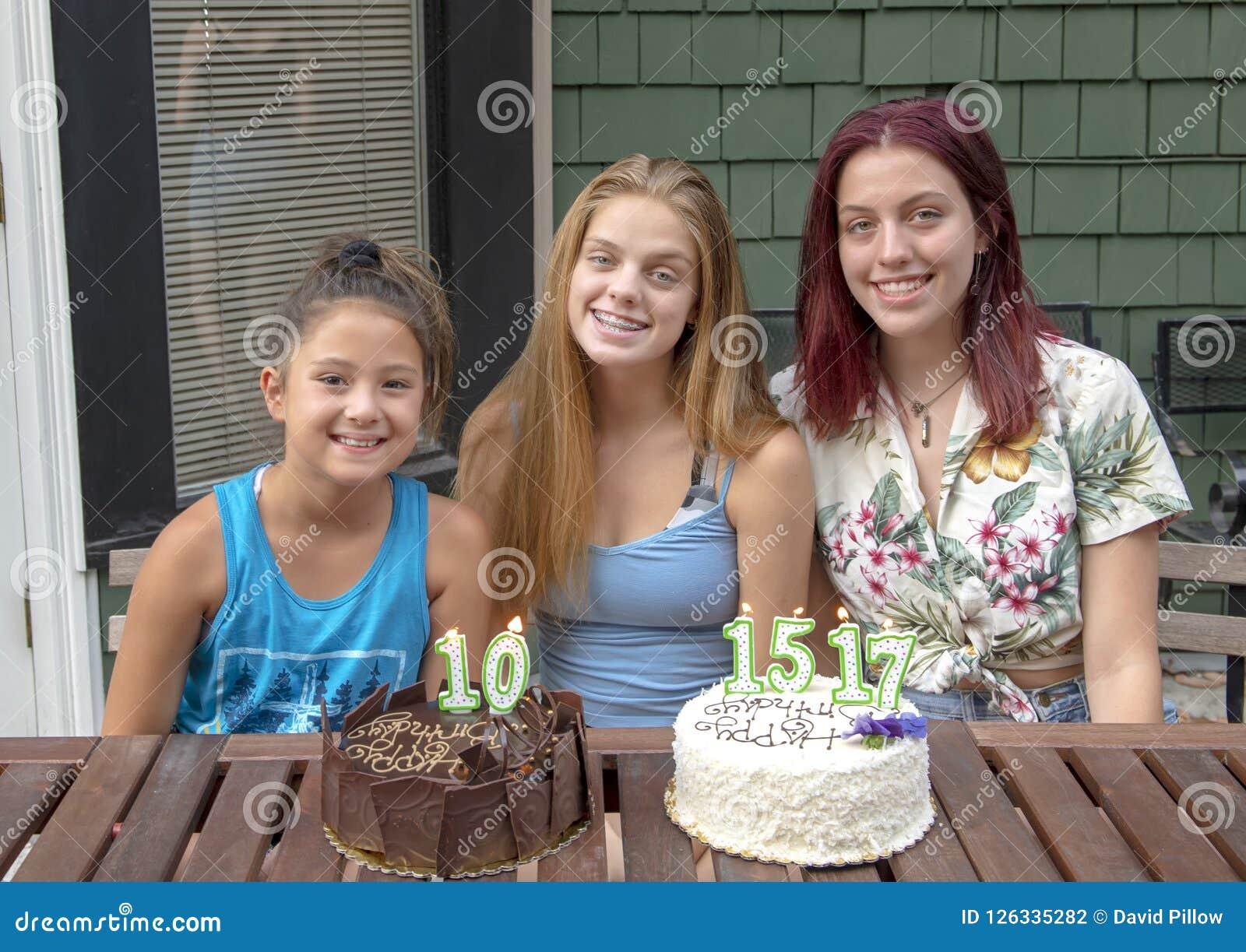 Семья празднуя дни рождения на каникулах в Сиэтл, Вашингтоне