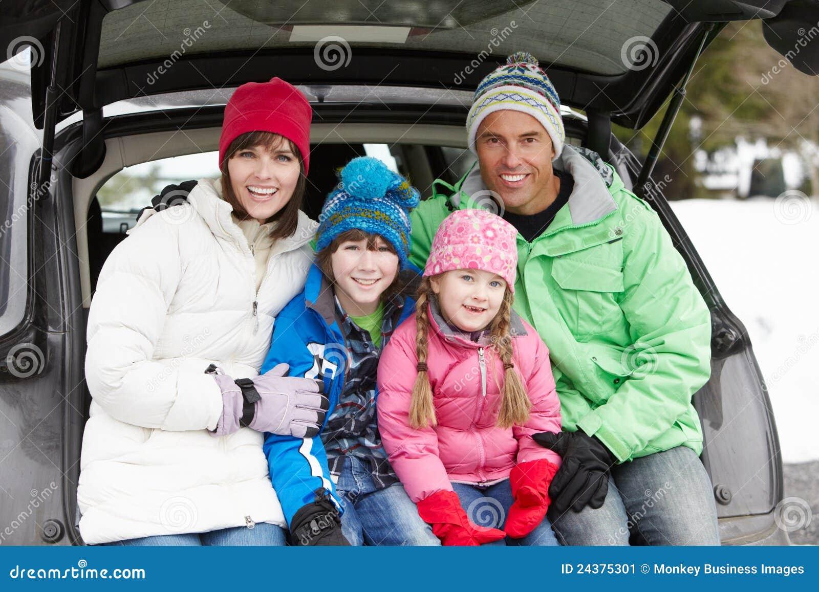 Семья сидя в ботинке автомобиля