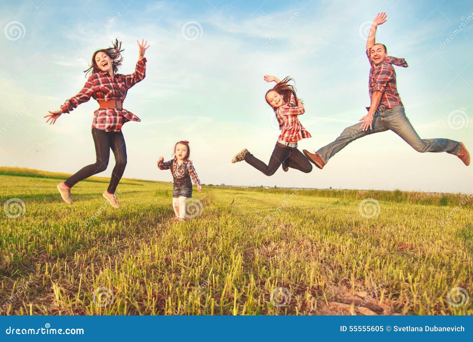 Семья скача в поле
