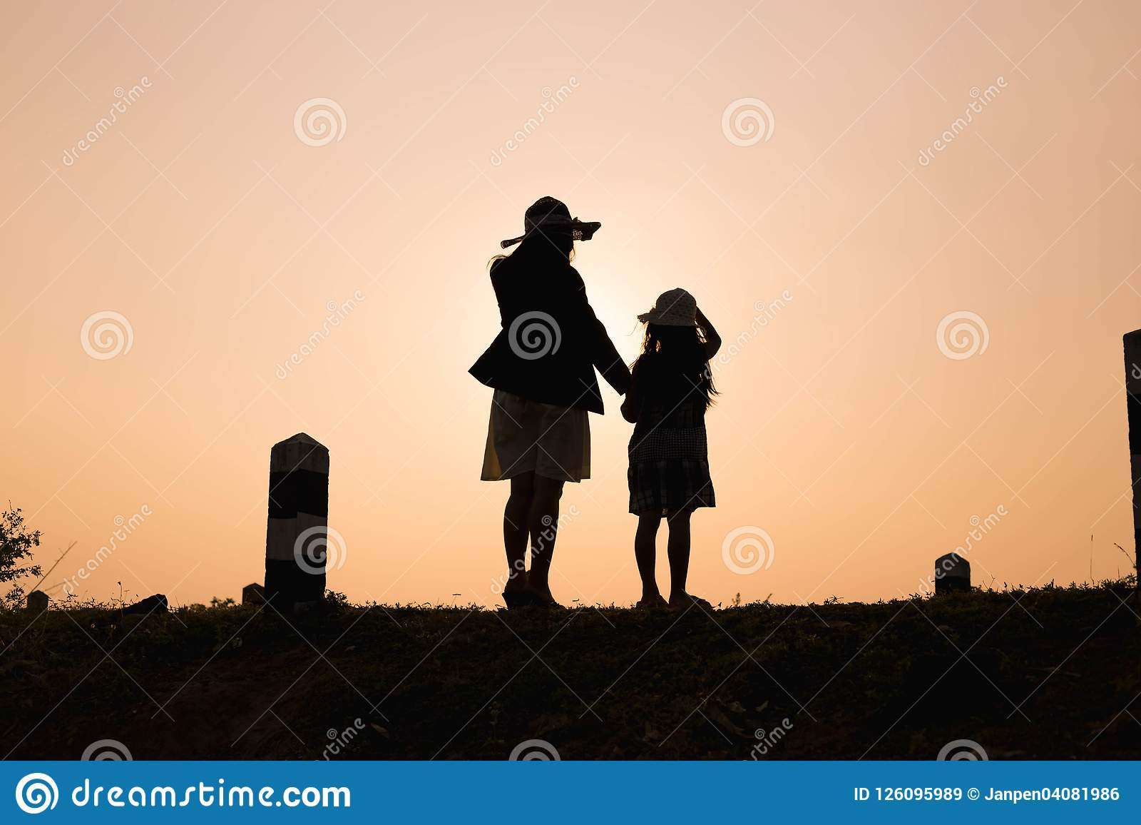 семья счастливая Мать и сын играя в полях травы outdoors на силуэте вечера Винтажный космос тона и экземпляра