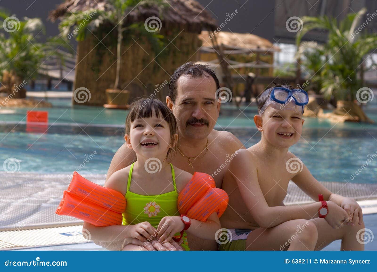 Download семья счастливая стоковое изображение. изображение насчитывающей каникула - 638211
