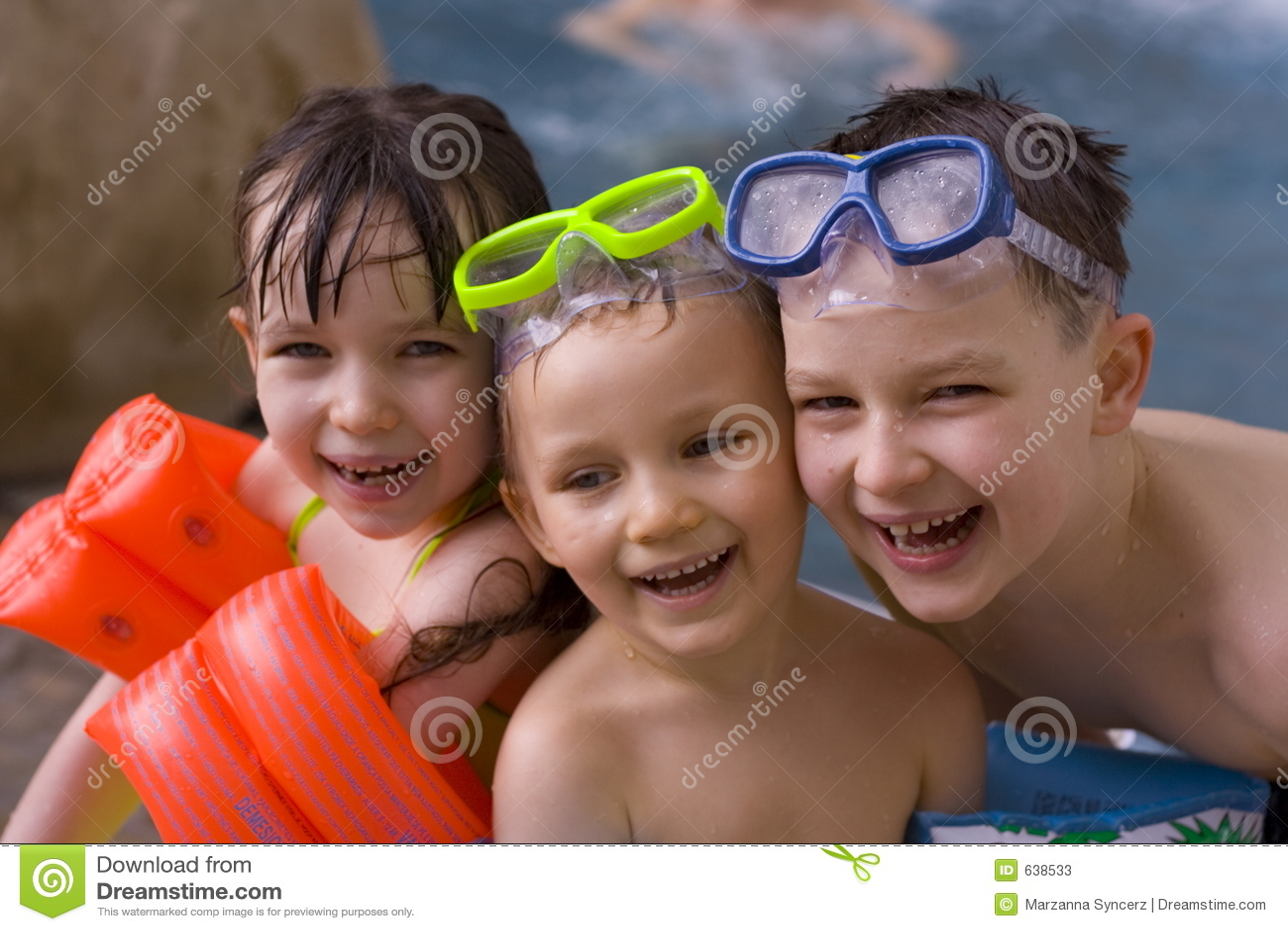 Download семья счастливая стоковое изображение. изображение насчитывающей заплывание - 638533
