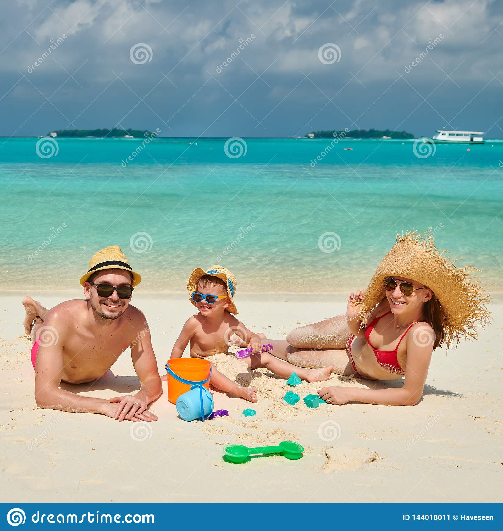 Семья с годовалым мальчиком 3 на пляже