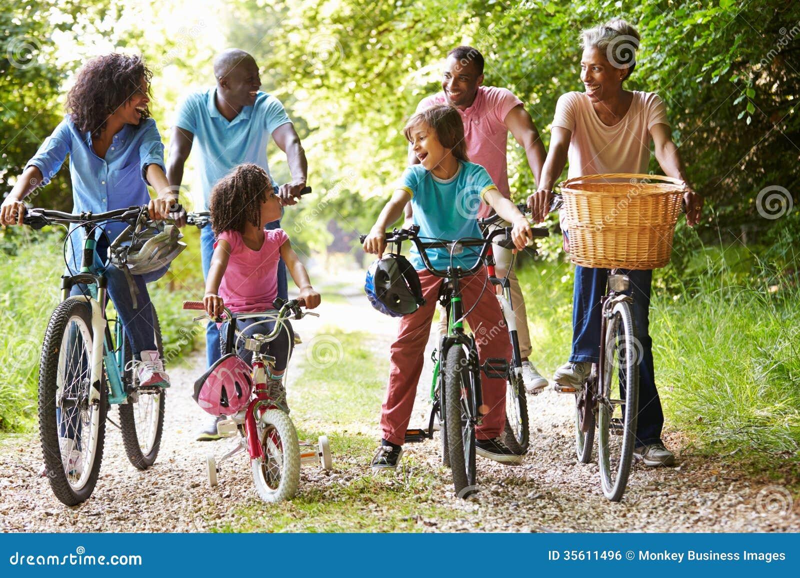 Семья Multi поколения Афро-американская на езде цикла