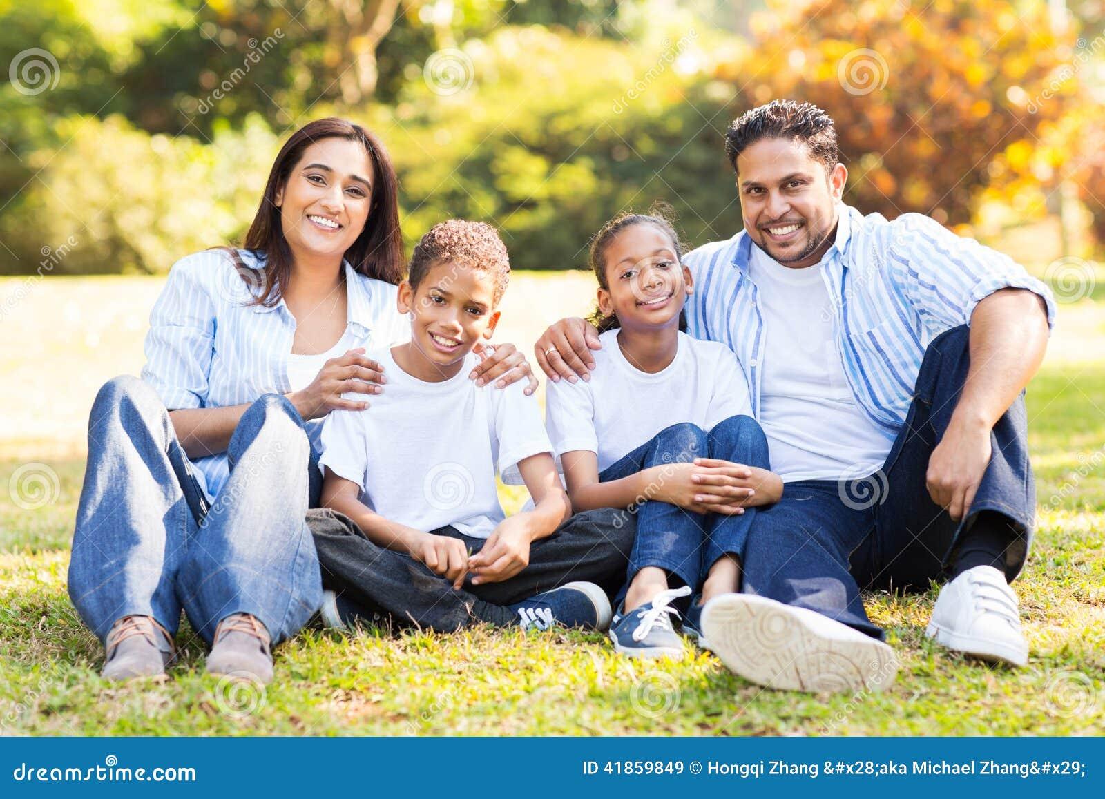 семья outdoors сидя