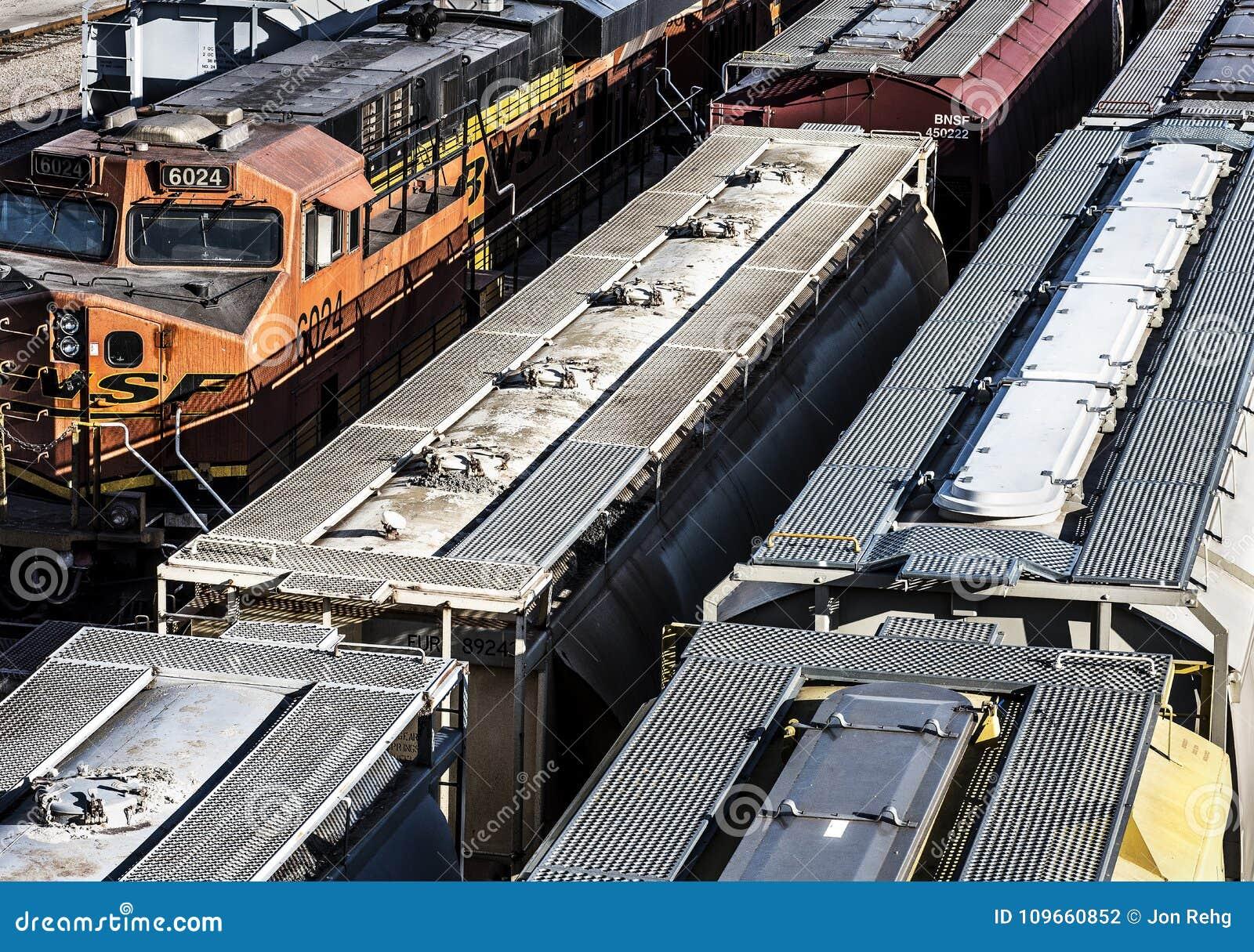 Сент-Луис, Миссури, объединенная Положени-около 2018 несколько линиев вагонов выровнянных вверх на следах в trainyard, покрытые х