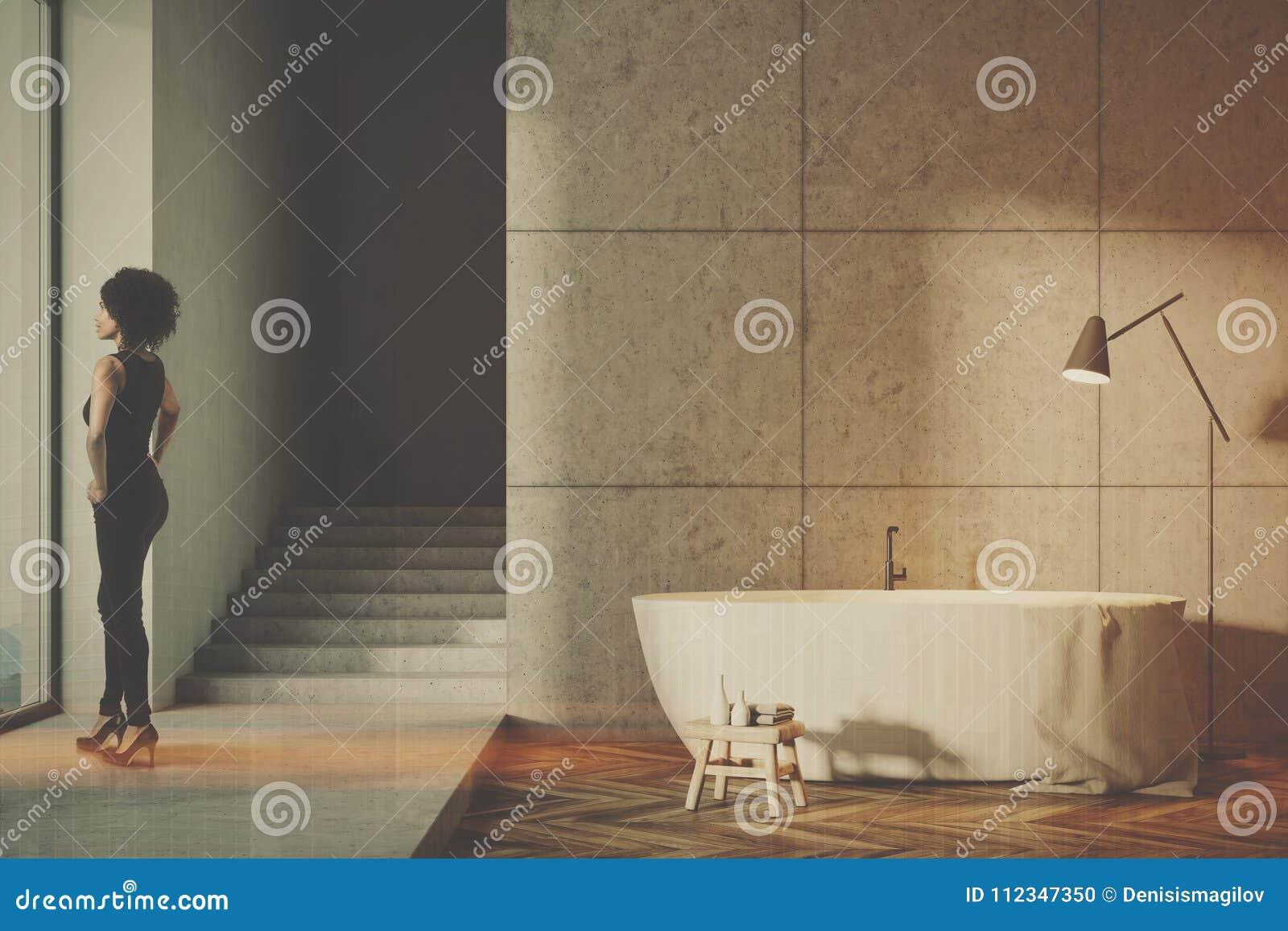 Серая ванная комната при тонизированные лестницы
