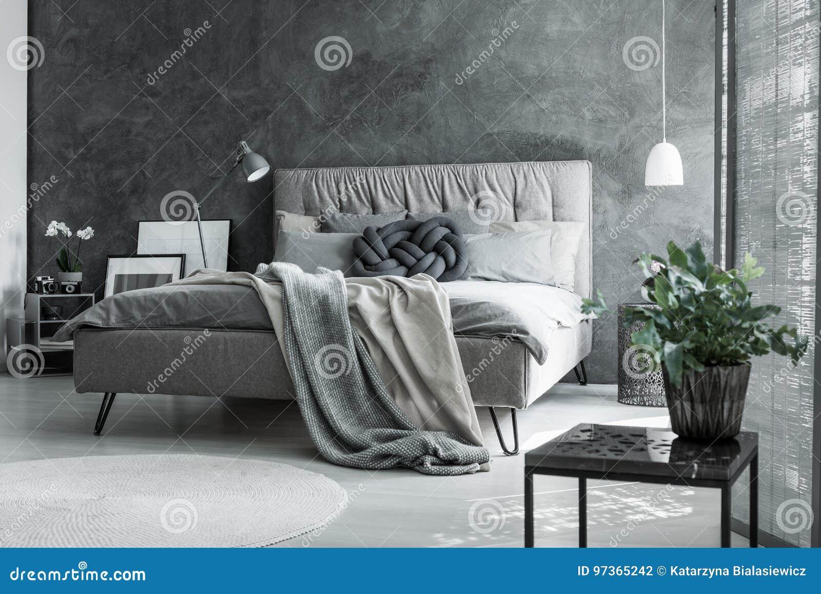 Серая спальня с handmade подушкой