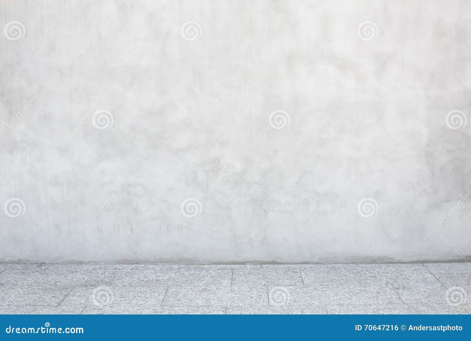 Серая стена цемента с пустым каменным кафельным полом