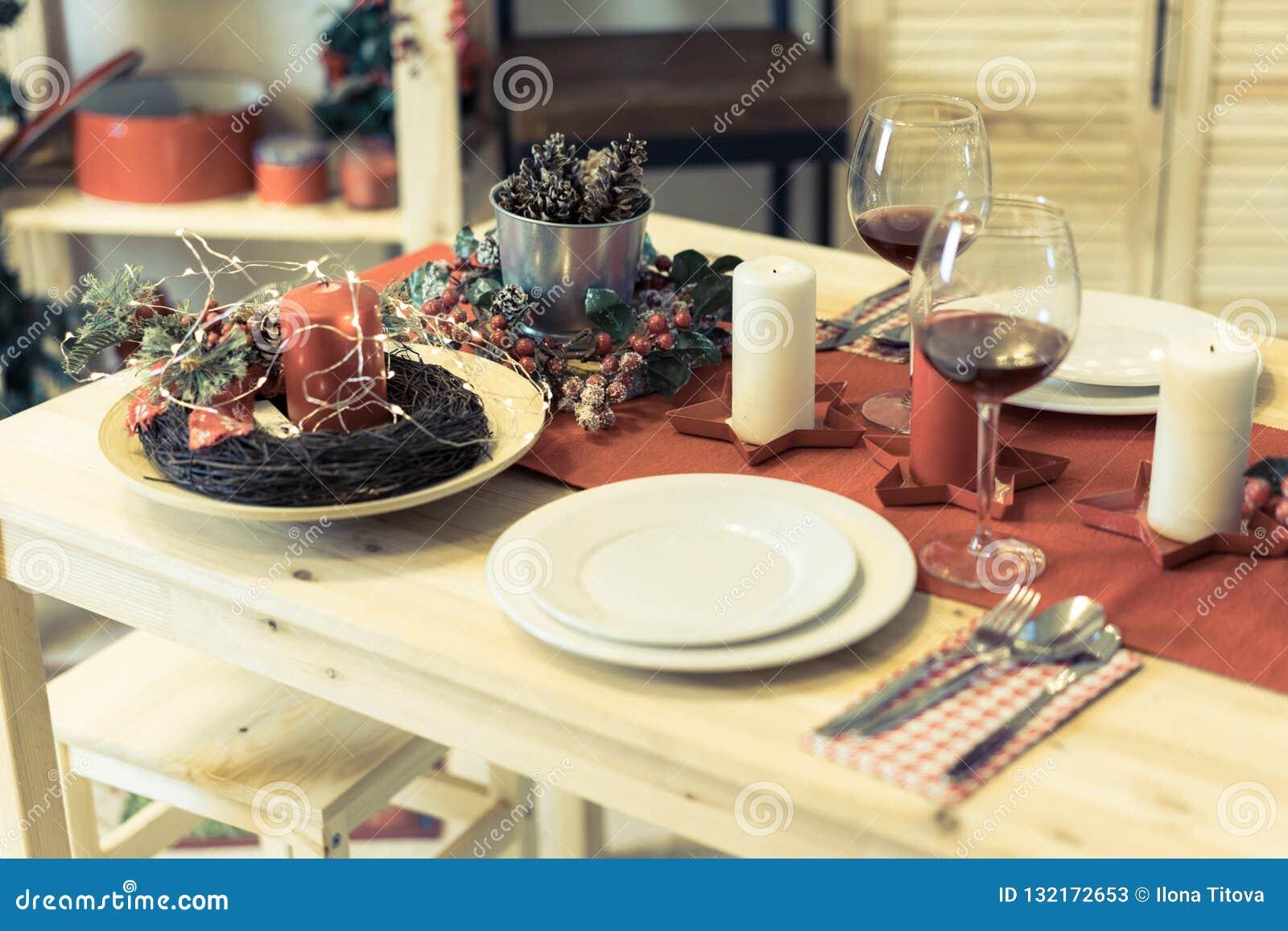 Сервировка стола рождества с украшениями