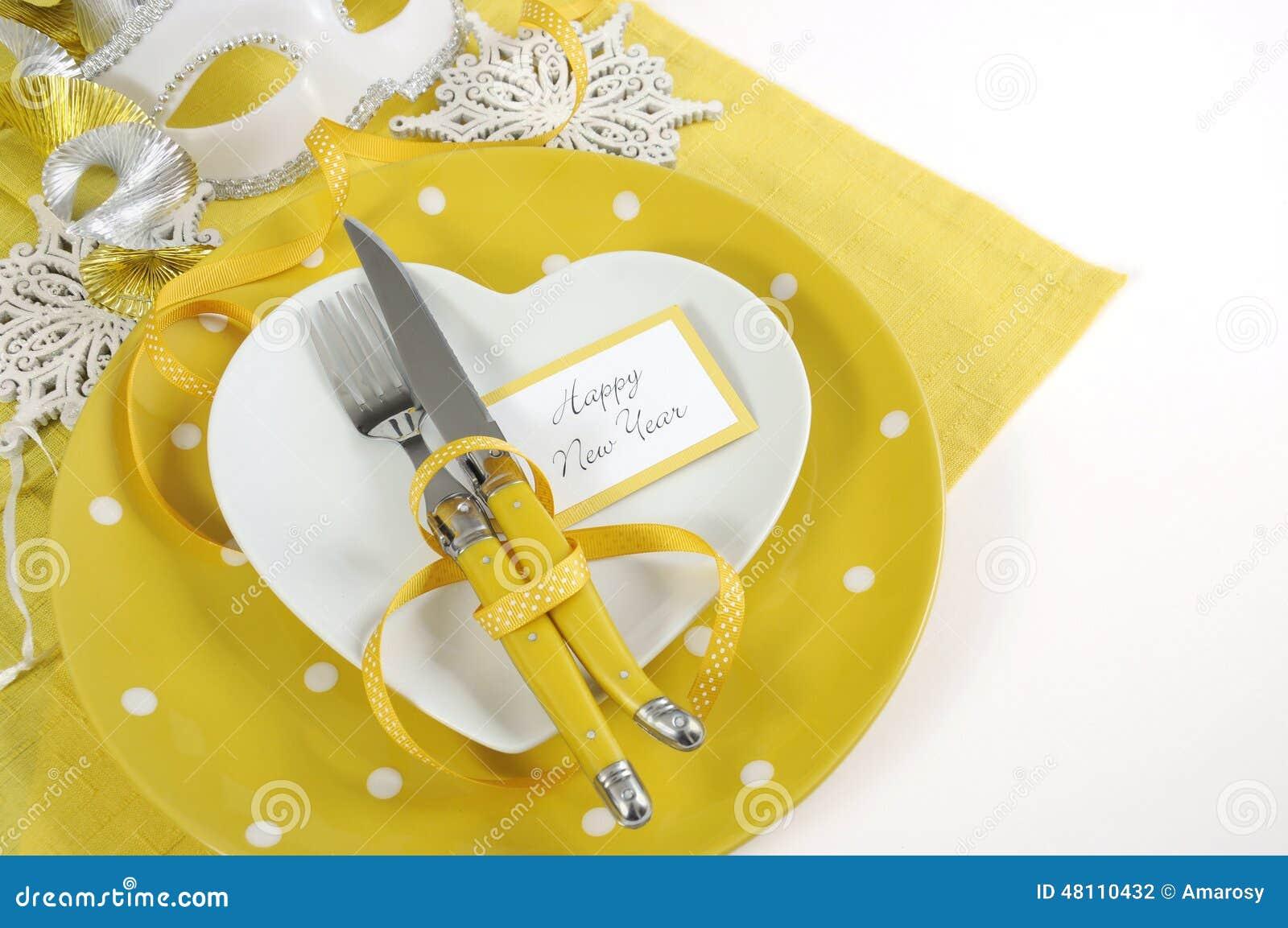 Сервировка стола Нового Года желтой и белой темы счастливая