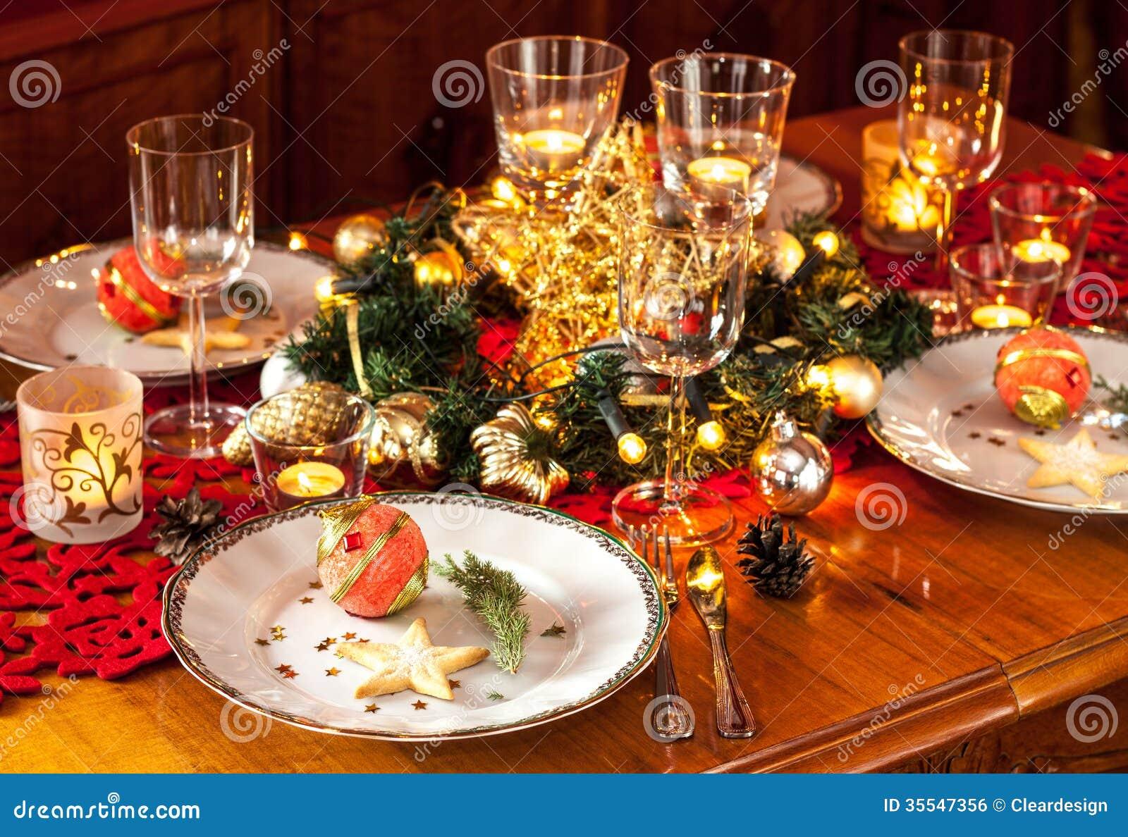 Сервировка стола официальныйа обед Рожденственской ночи с украшениями