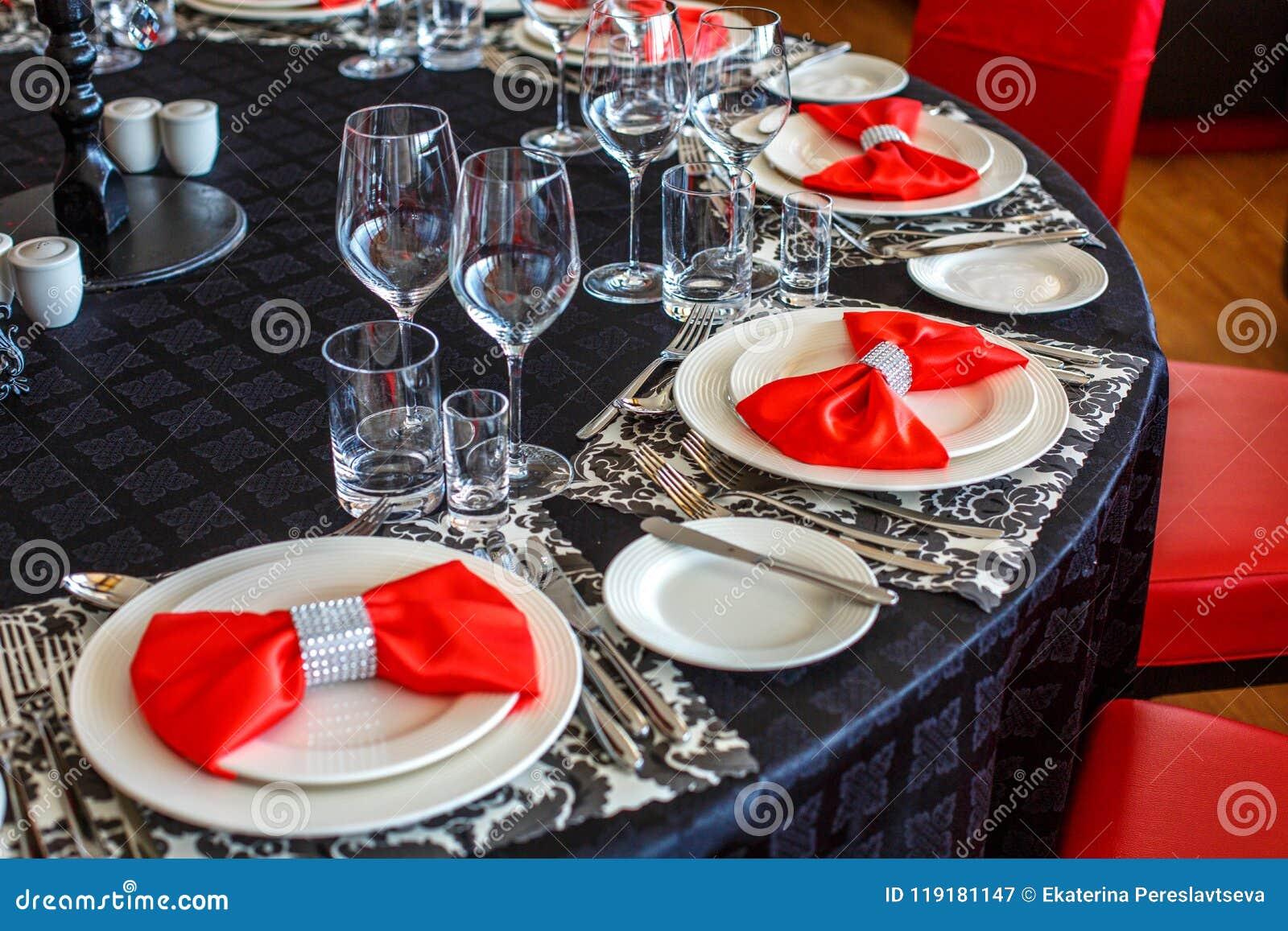 Сервировка таблицы свадьбы, красивое праздничное оформление в красном цвете