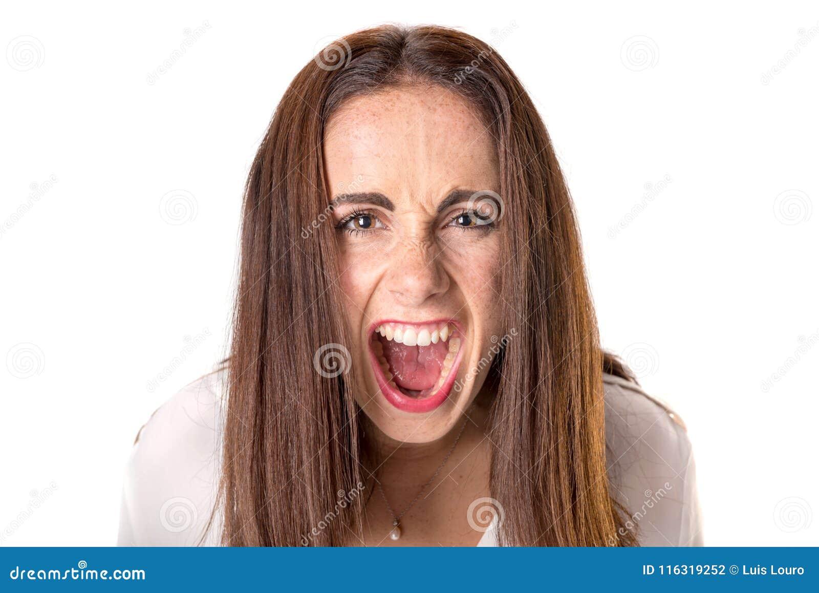 Сердитая вскользь молодая женщина