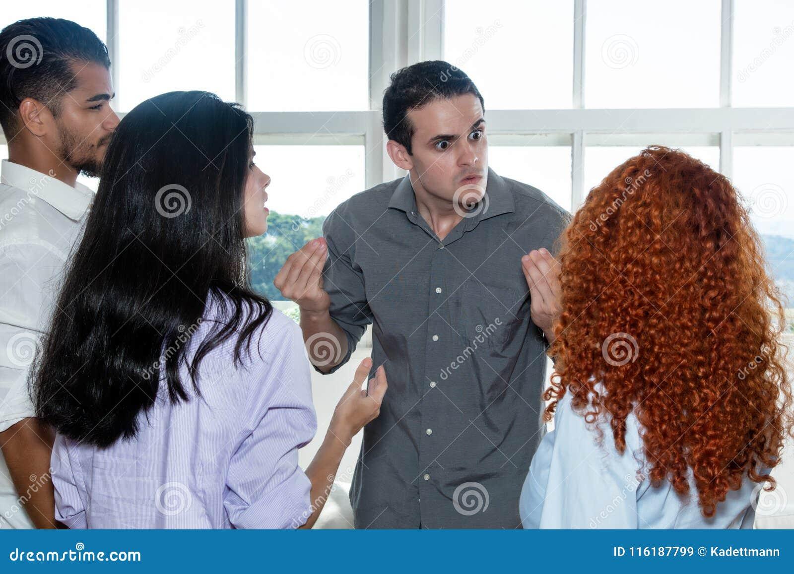 Сердитый босс разговаривая с ленивым работником в команде