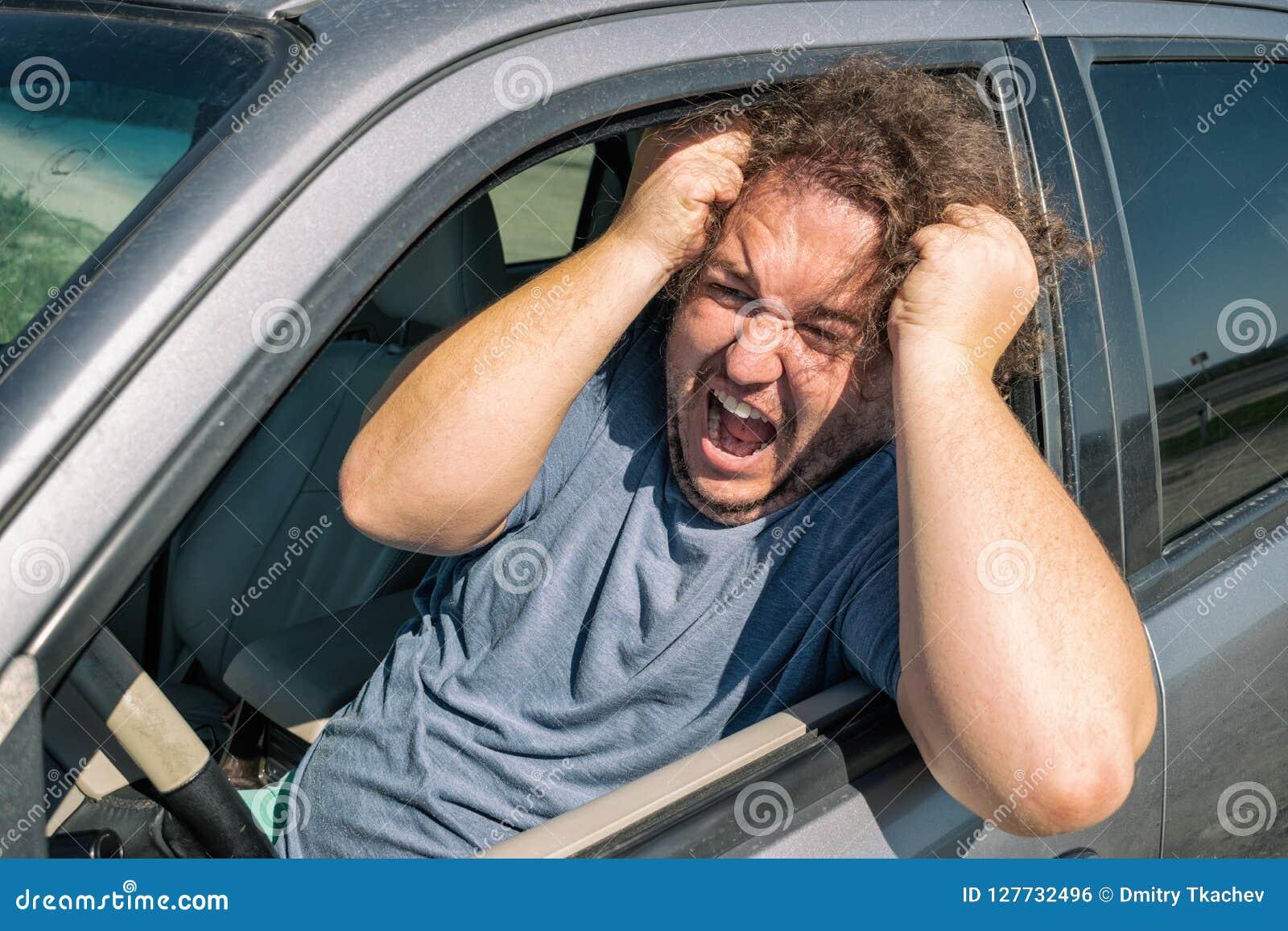 Сердитый тучный человек в автомобиле Дорога и стресс