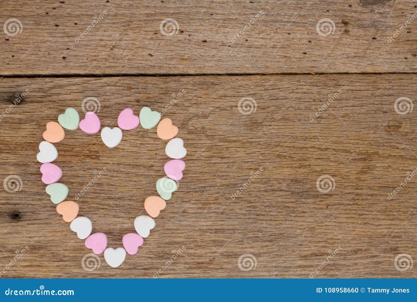 Сердца конфеты на древесине амбара