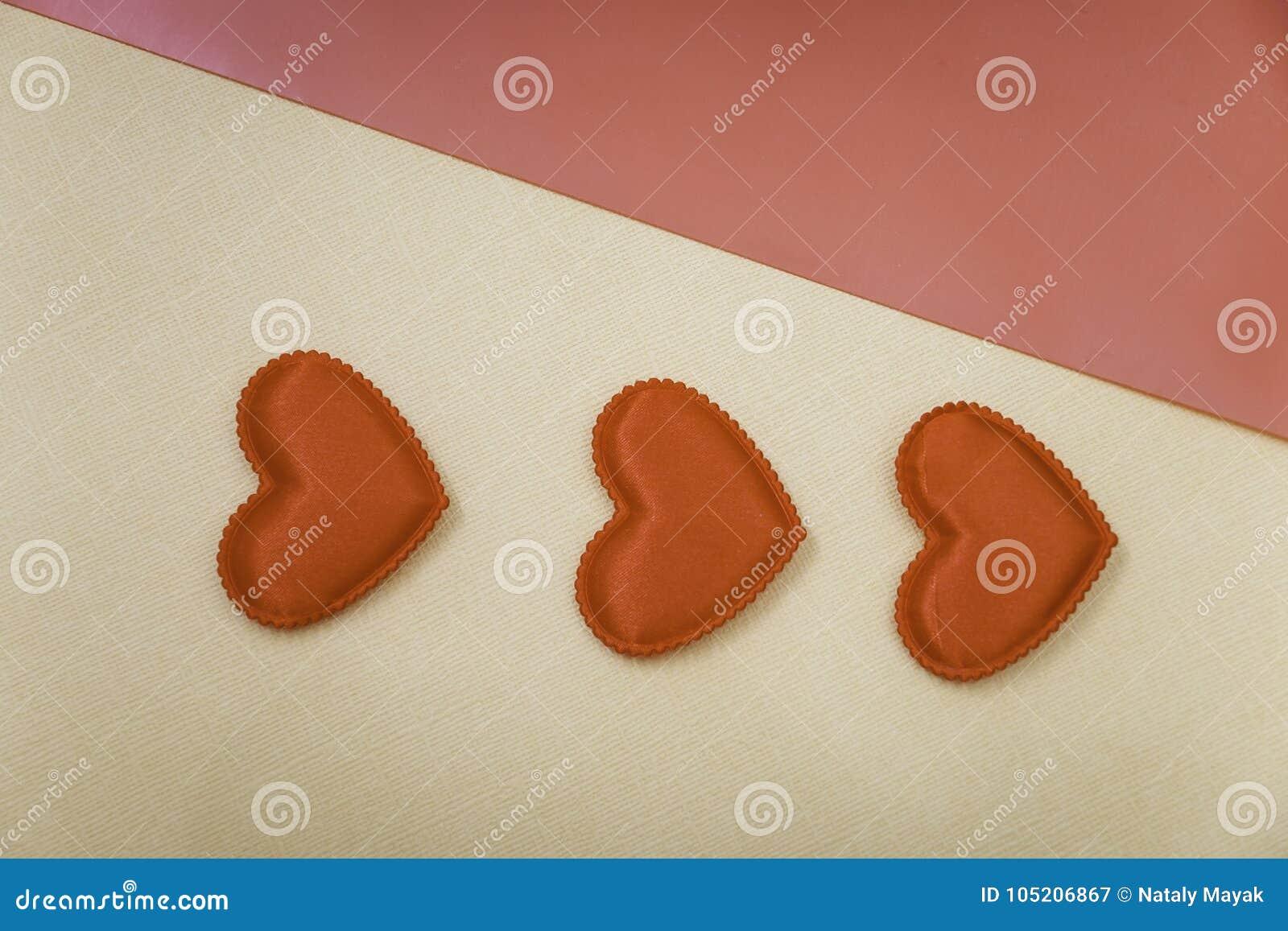 3 сердца на желтой предпосылке