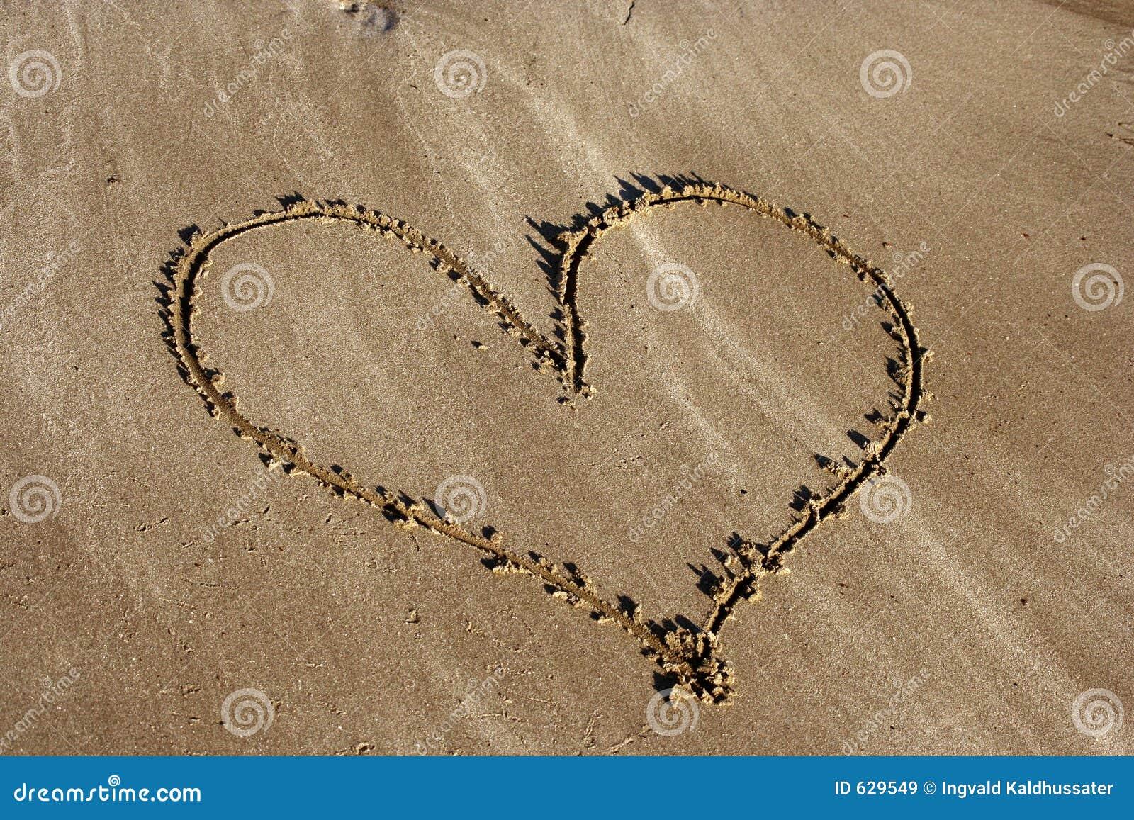 Download сердце пляжа стоковое изображение. изображение насчитывающей художничества - 629549