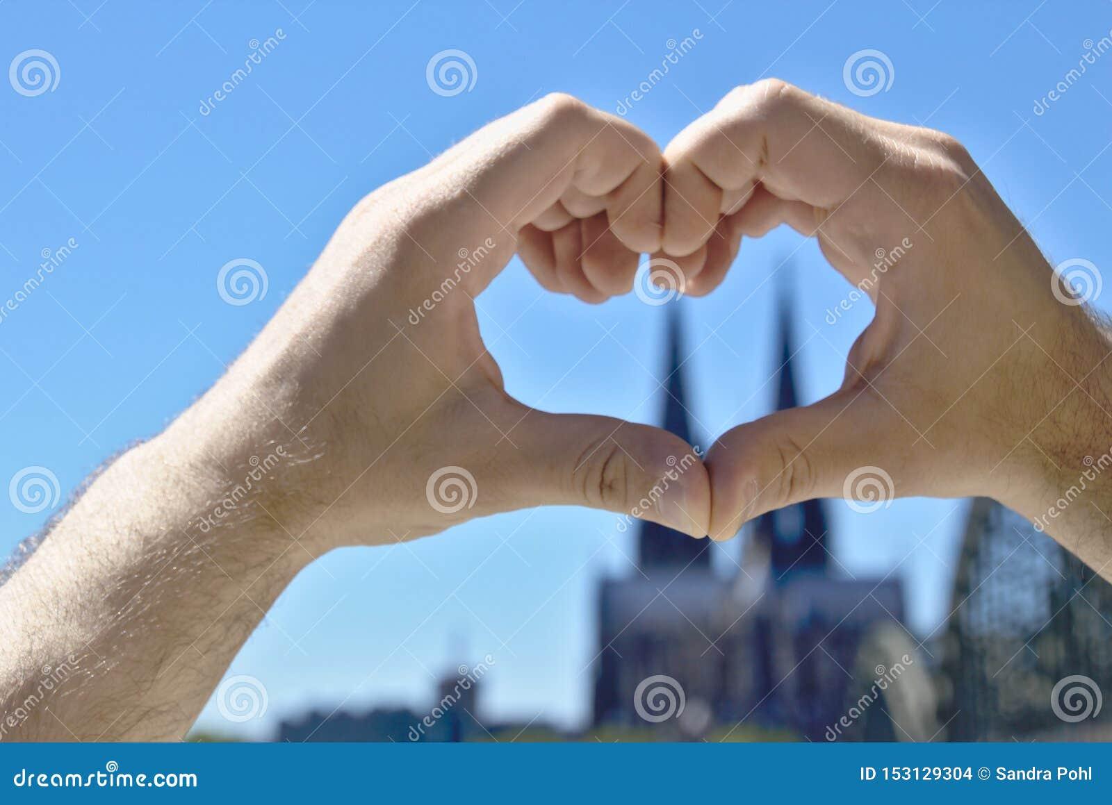 Сердце сделало из рук перед собором кёльна