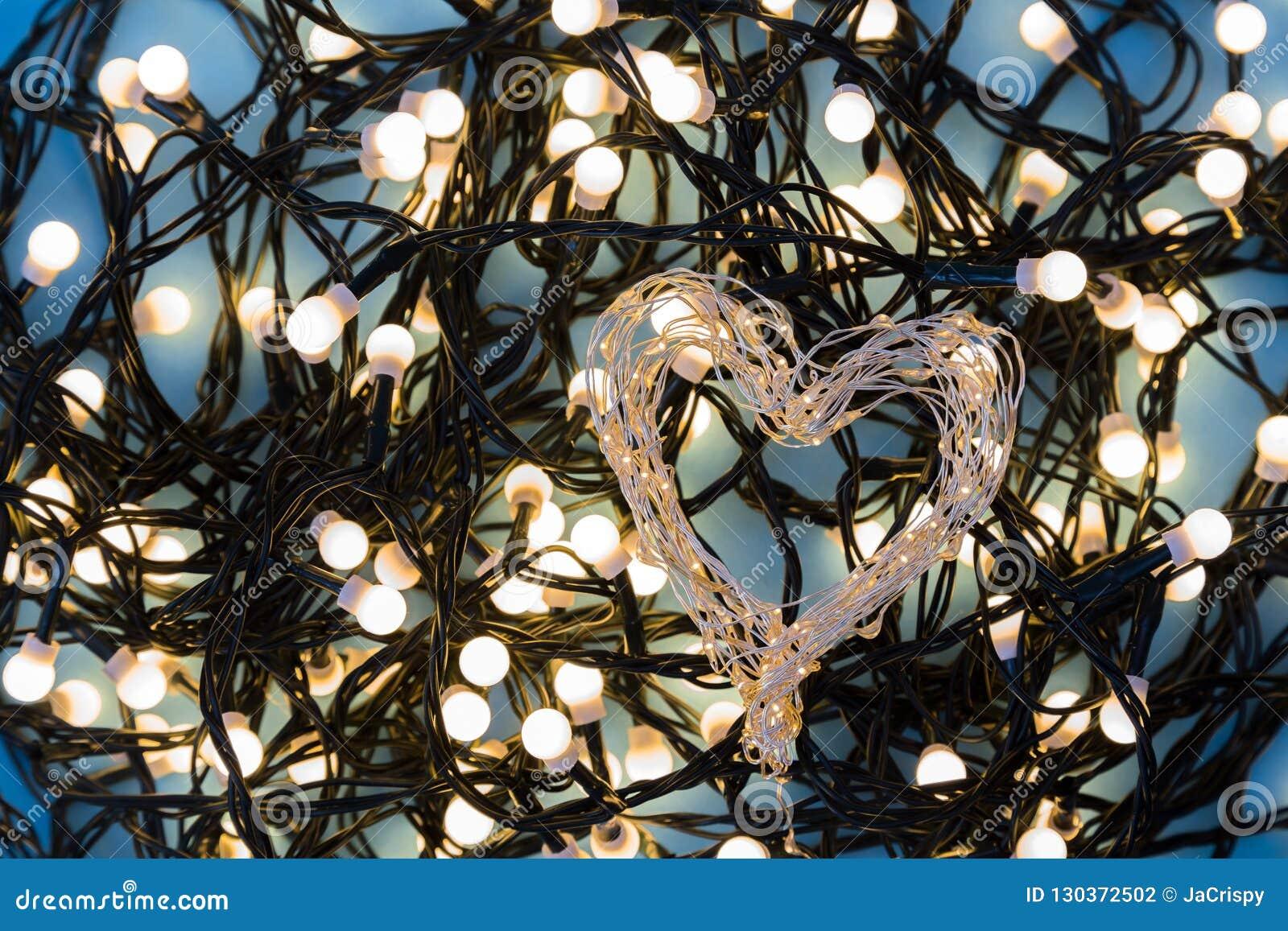 Сердце сформировало света праздника со светами brights в backgroun