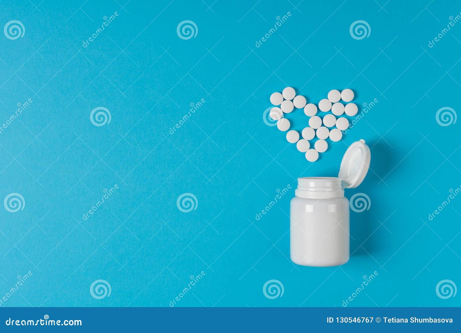 Сердце таблеток медицины сформированное на голубой предпосылке Предохранение от сердца Рецепт лекарства для лекарства обработки Ф