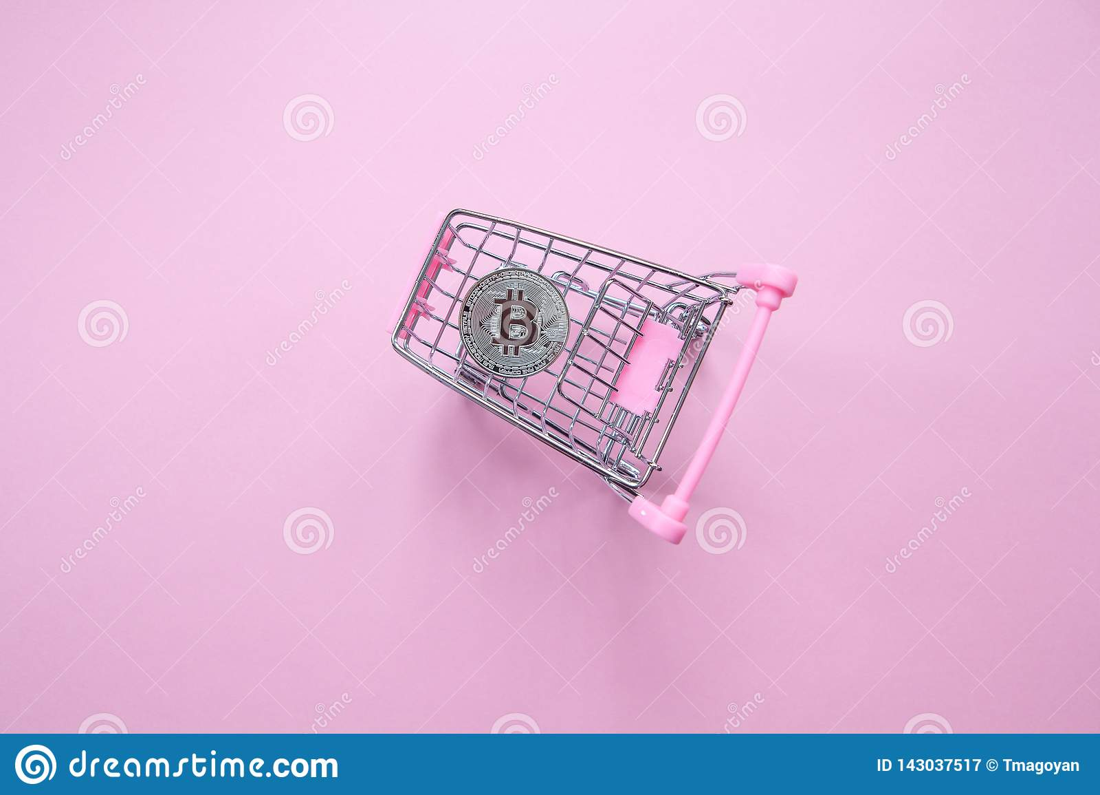 Серебряное bitcoin в корзине на тысячелетней розовой предпосылке Взгляд сверху minimalism Горизонтальная ориентация Плоское полож