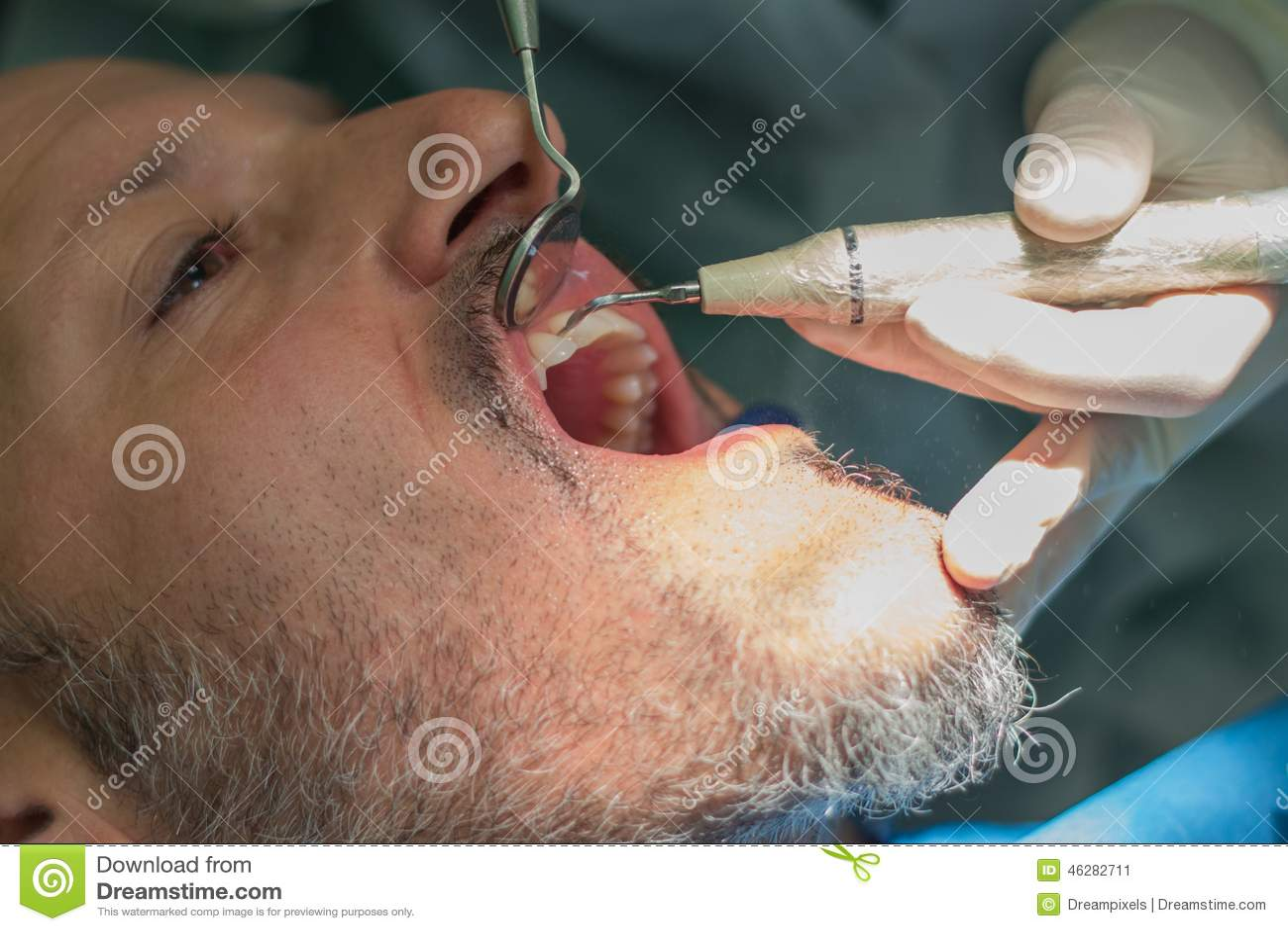 Середина постарела человек на зубоврачебной клинике checke дантиста его зубы