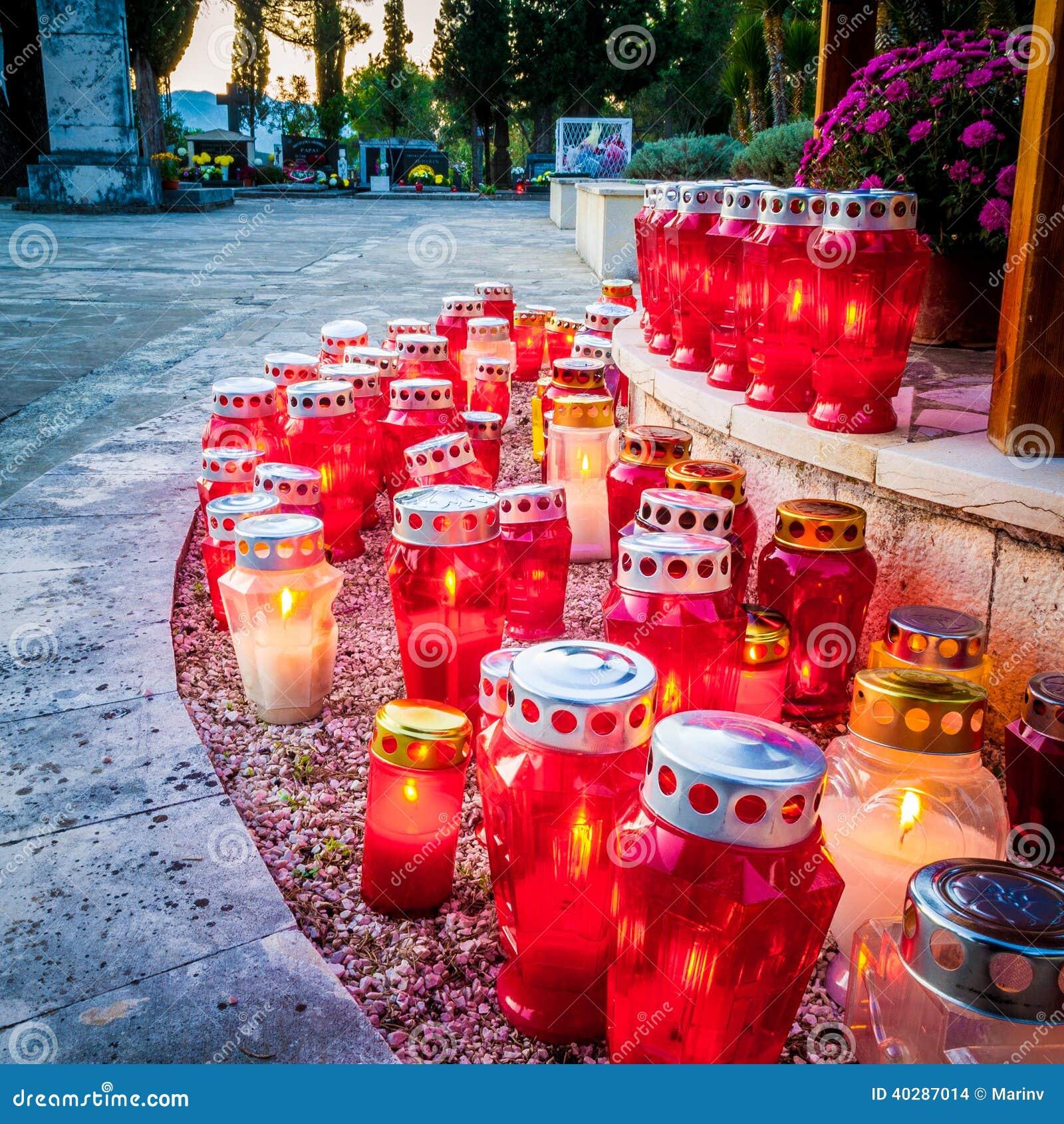 Серии свечей на сумраке на кладбище в Далмации