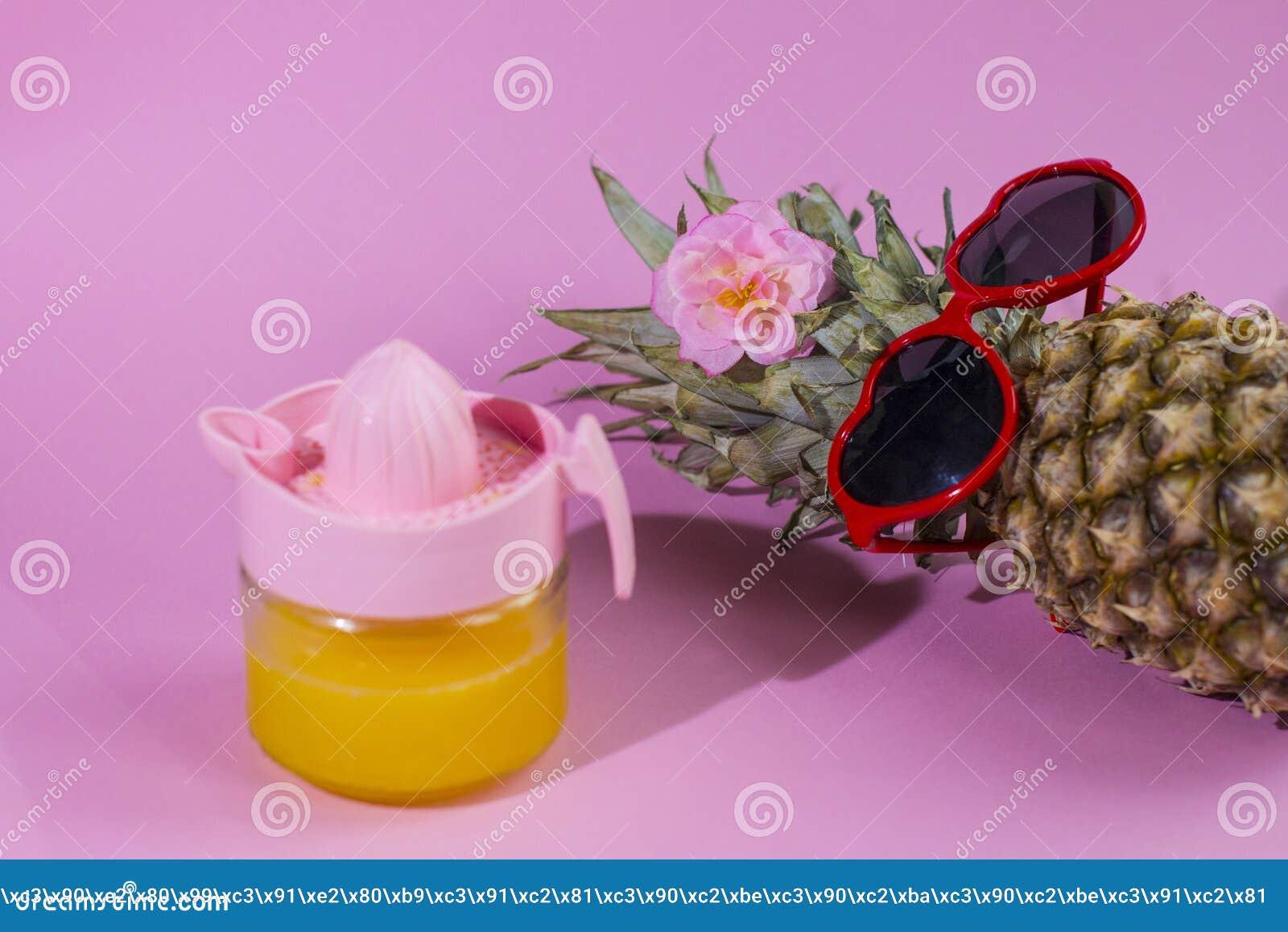 Серия ананаса с солнечными очками на желтой голубой и розовой предпосылке