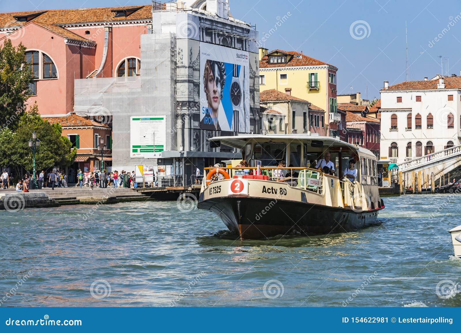 Серия изображений идя вдоль каналов Венеции, против фона архитектурноакустического ландшафта города