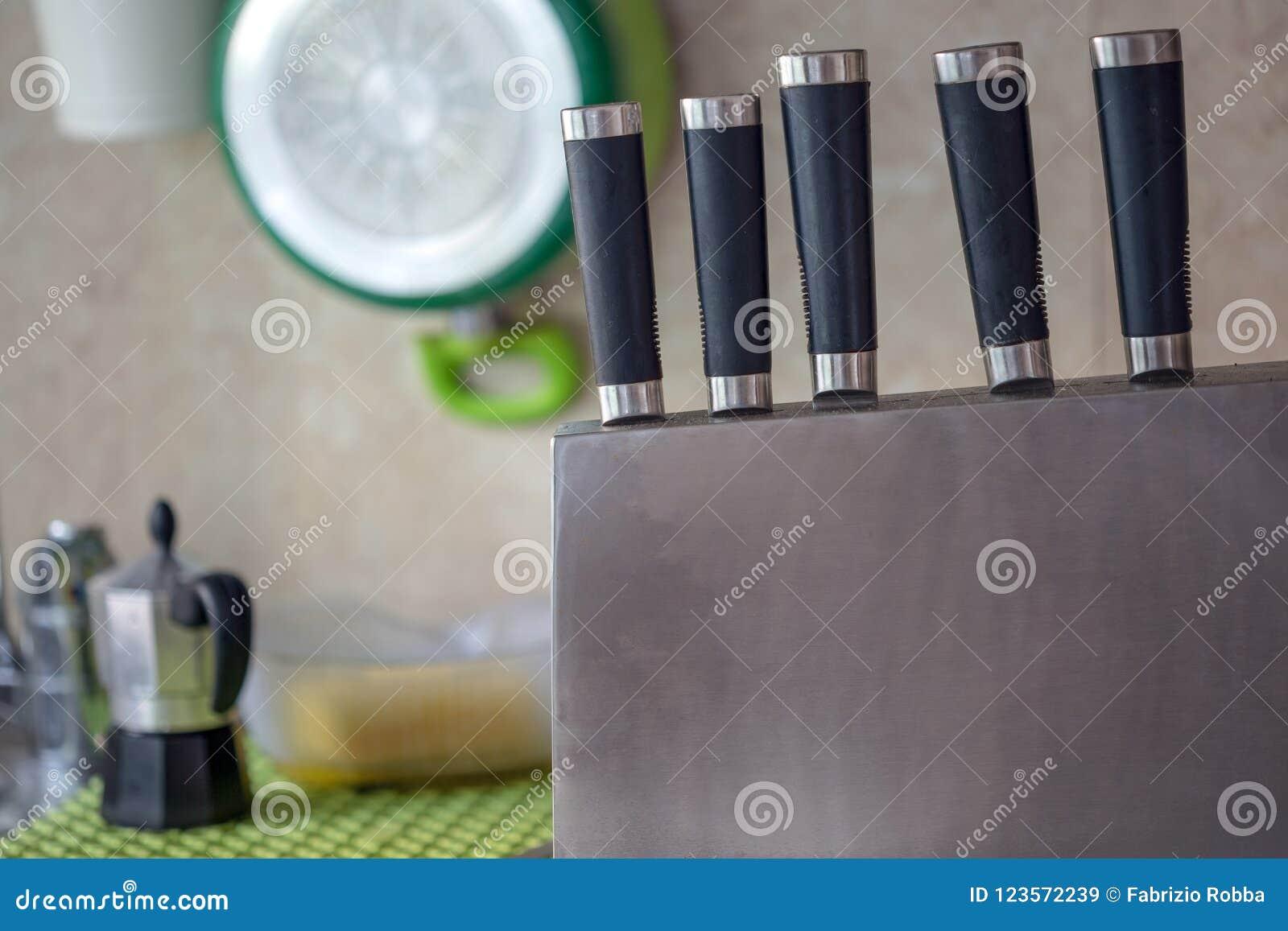 Серия кухонных ножей с blrred предпосылкой