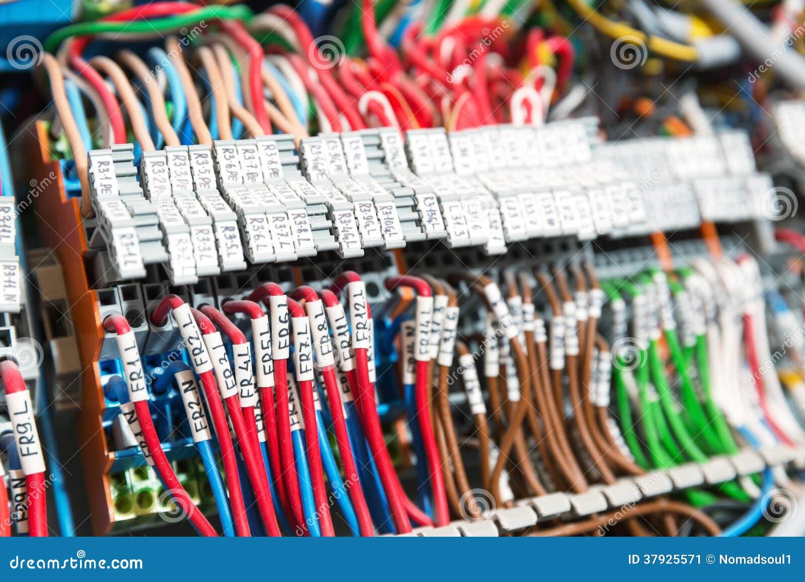 Серия проводов в шкафе switchgear