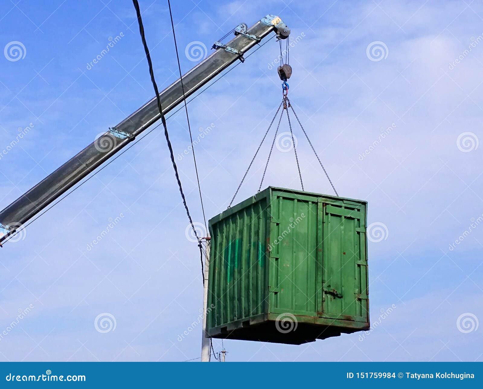 Серое заграждение с голубым крюком грузового контейнера зеленого цвета подъема манипулятора тележки вверх