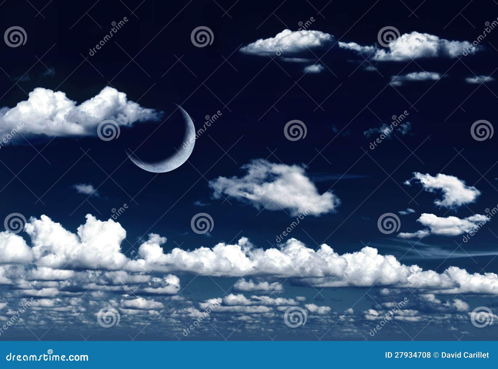 Серповидная луна в мечтательном ночном небе и облаках