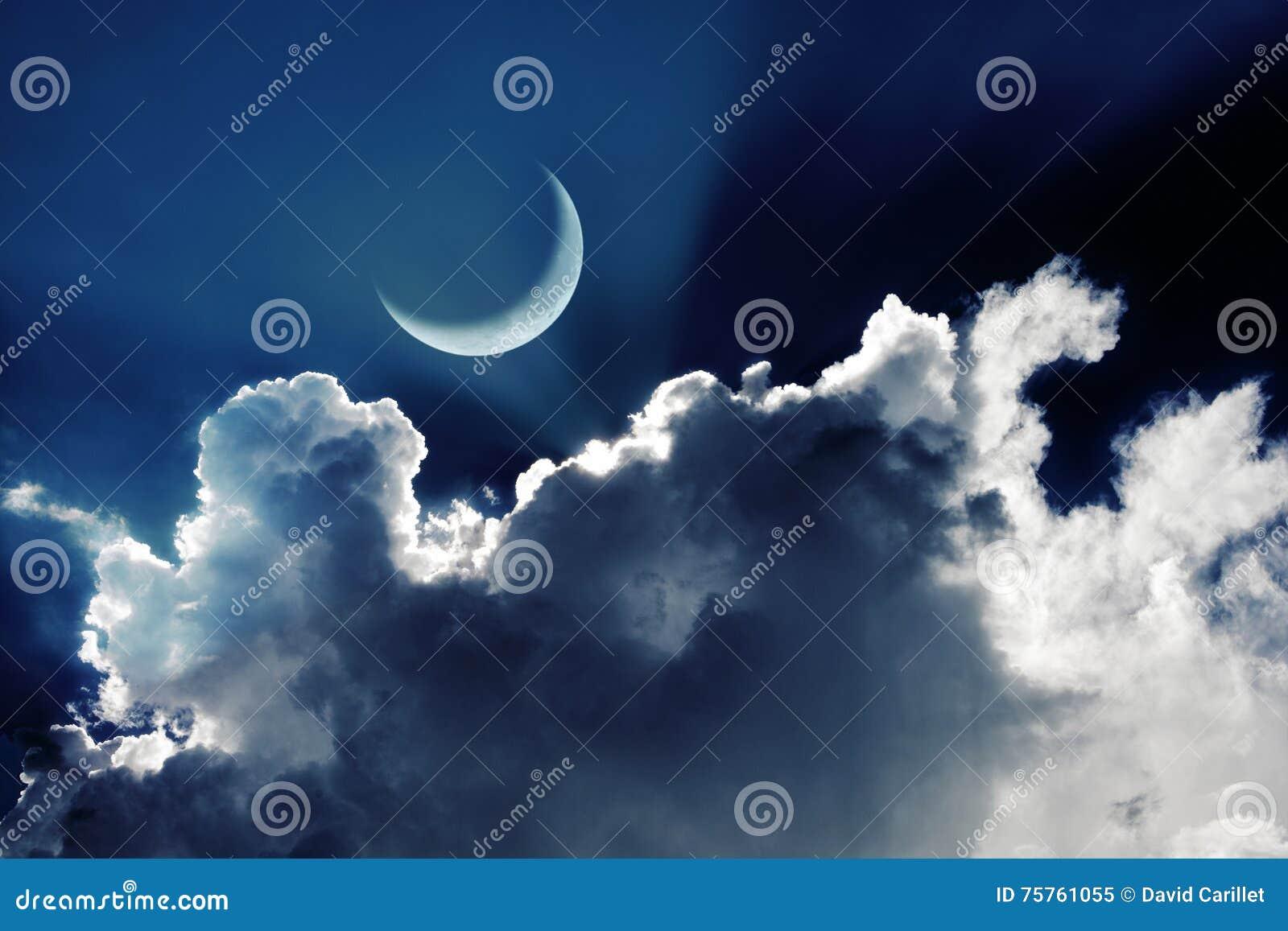 Серповидная луна в красивом ночном небе с накалять заволакивает