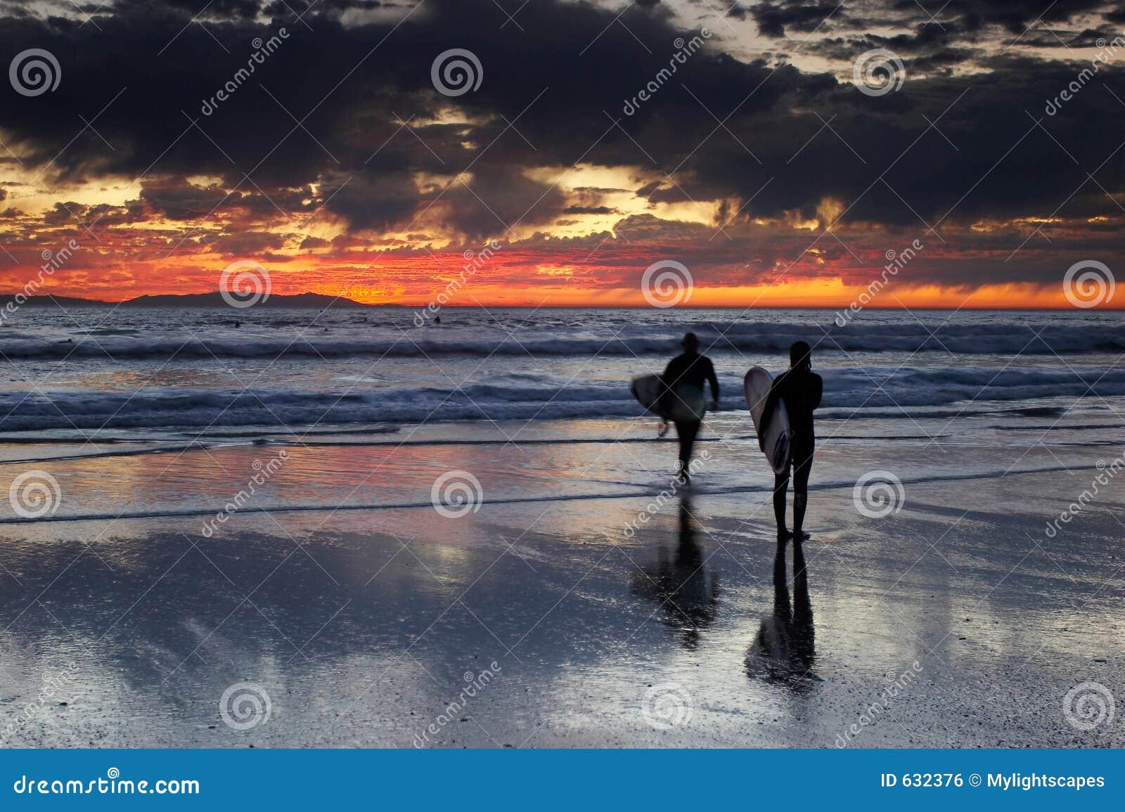 Download серферы захода солнца пар стоковое фото. изображение насчитывающей романтично - 632376