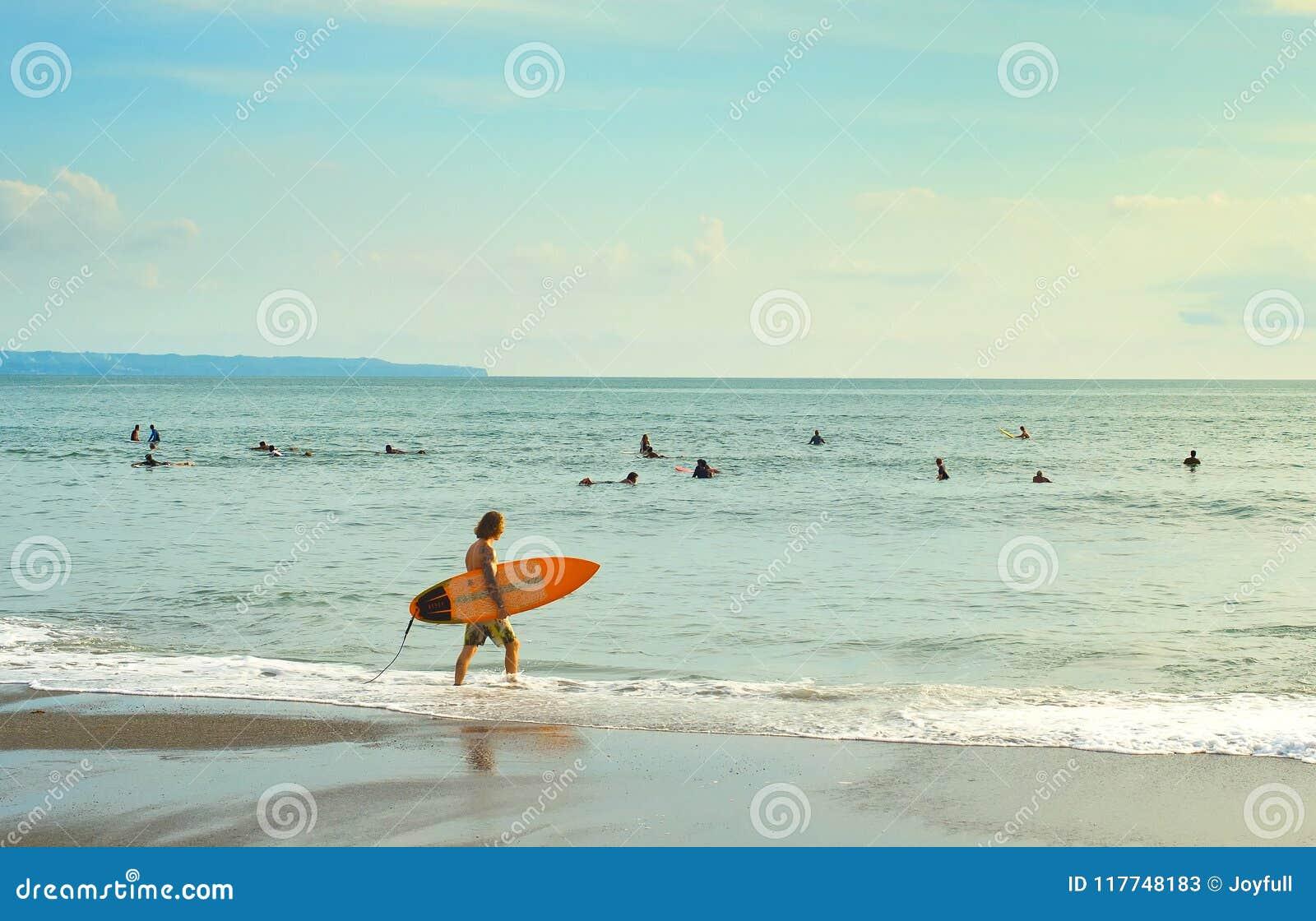Серферы идя заниматься серфингом тюкованный