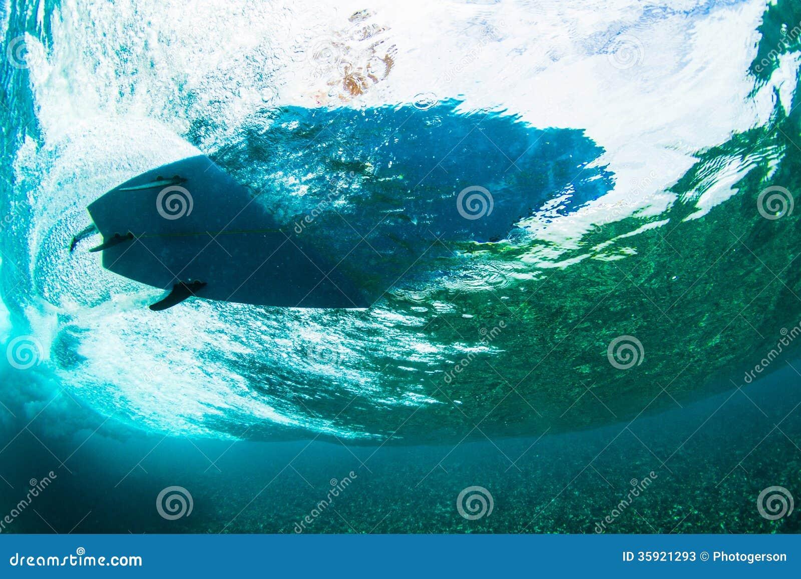 Серфер на зрении тропической волны подводном