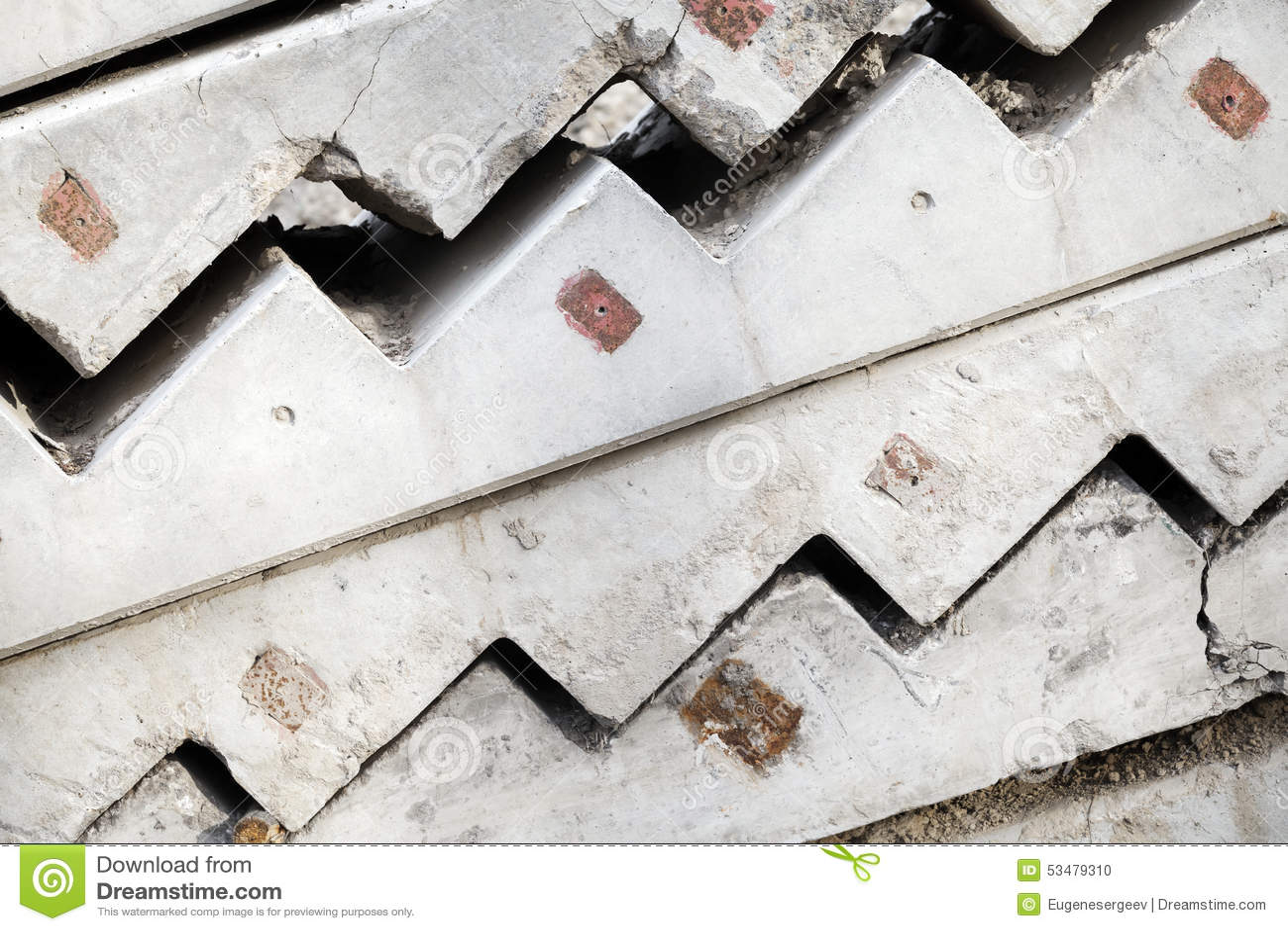 Серые конкретные элементы лестницы штабелированы