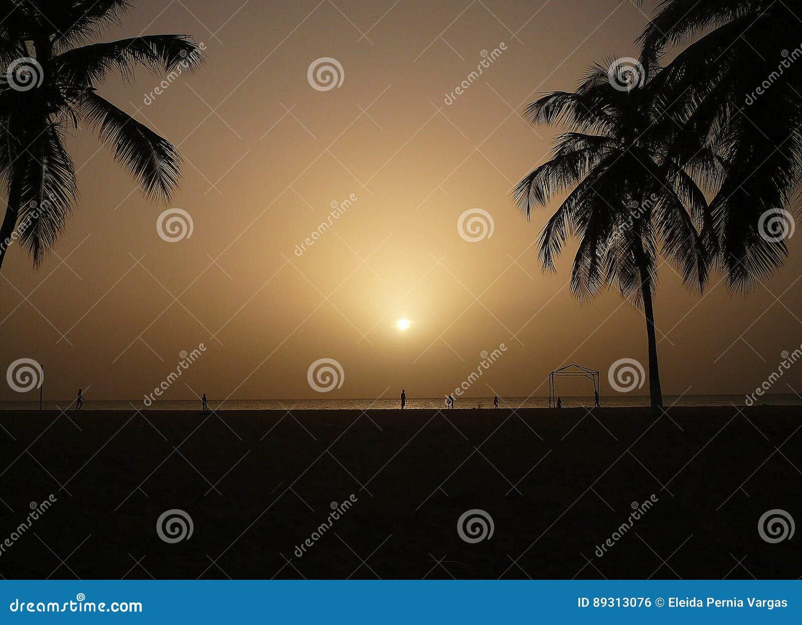 серый заход солнца