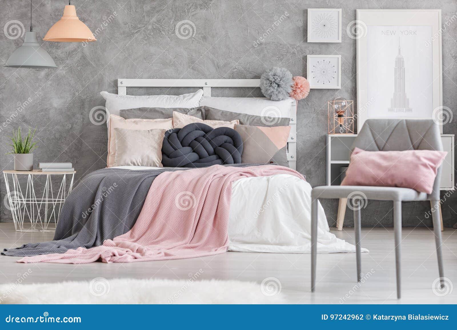 Серый стул с розовой подушкой