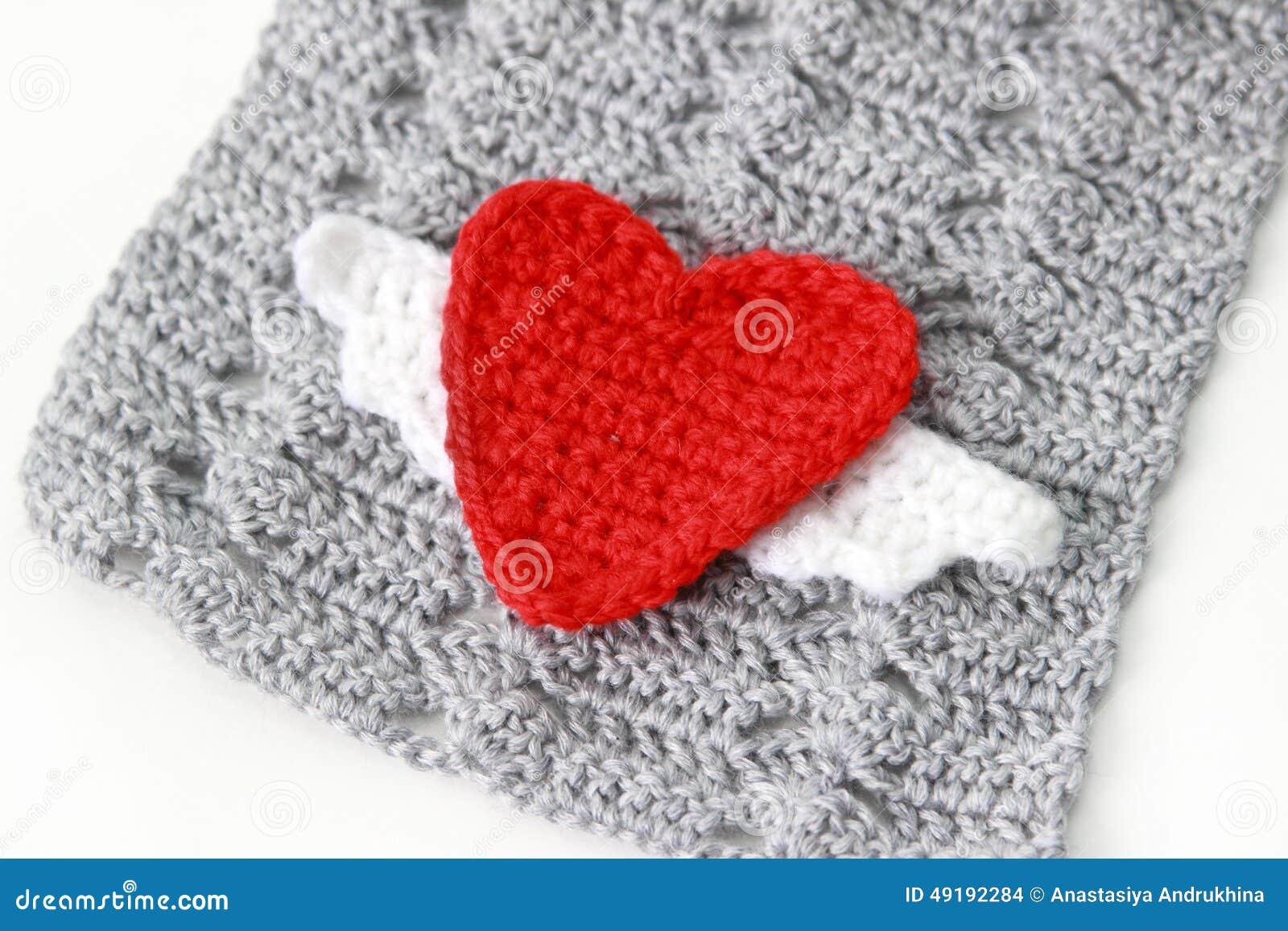серый шарф с красным вязать крючком крючком сердцем стоковое фото