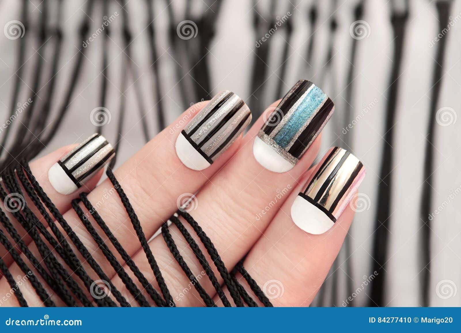 Фото черных полос на ногтях