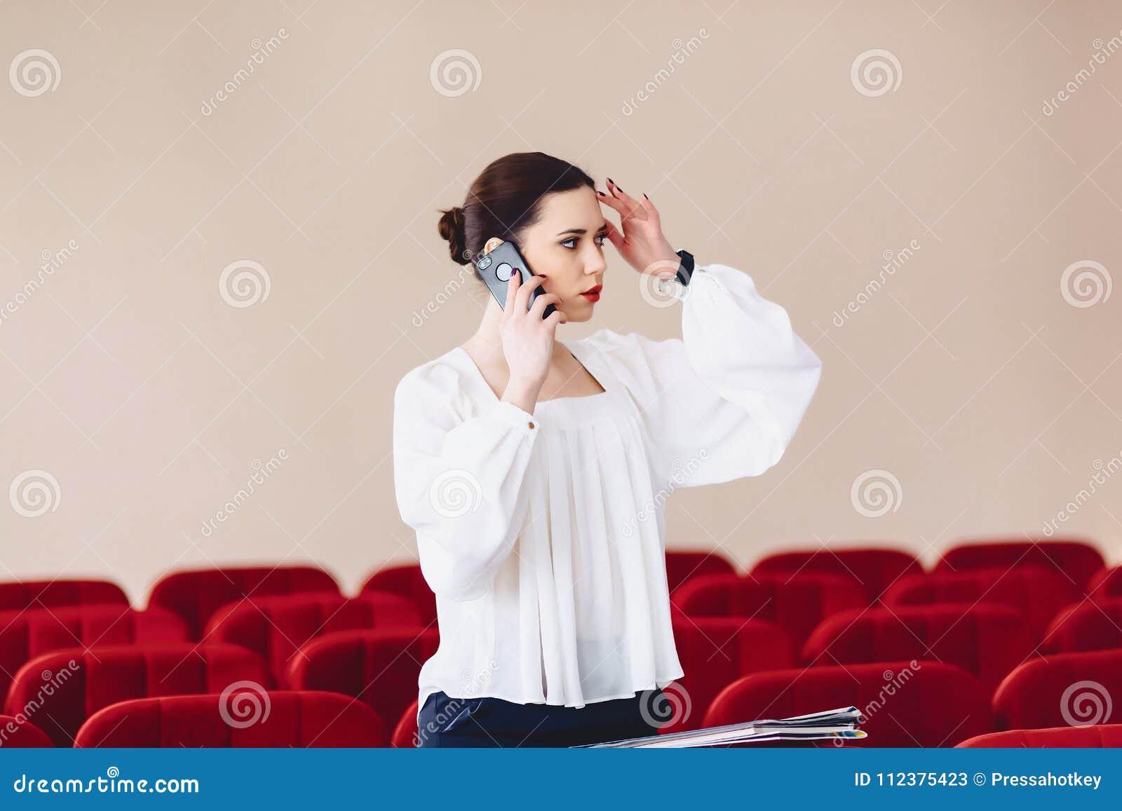 серьезная женщина говорит серьезно над телефоном