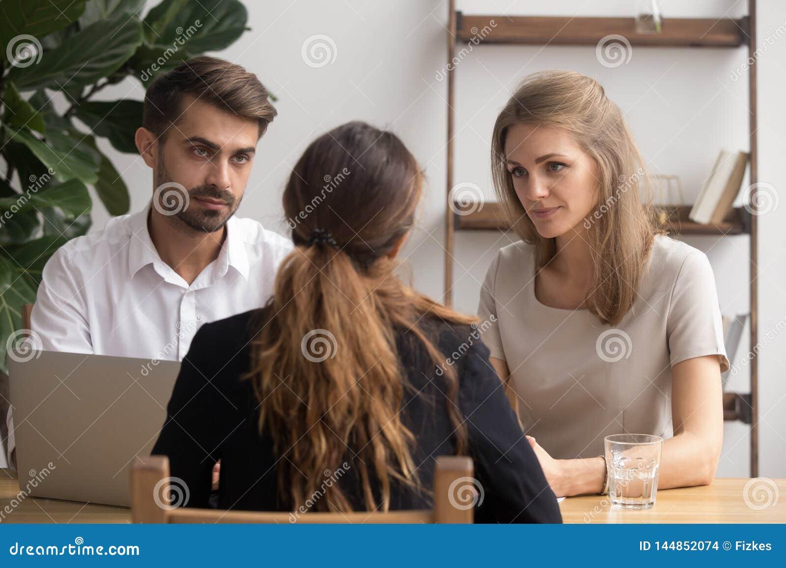 Серьезные сомнительные менеджеры hr слушая кандидата на собеседовании