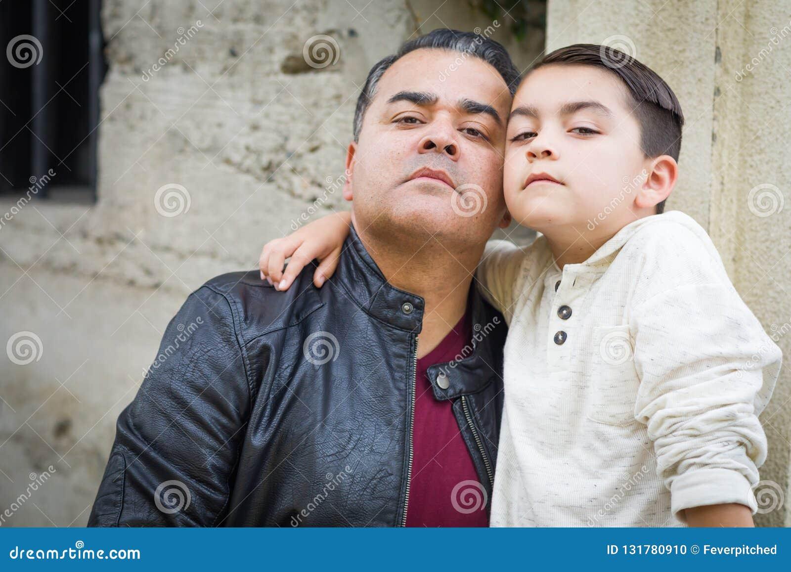 Серьезный испанец смешанной гонки и кавказские сын и отец